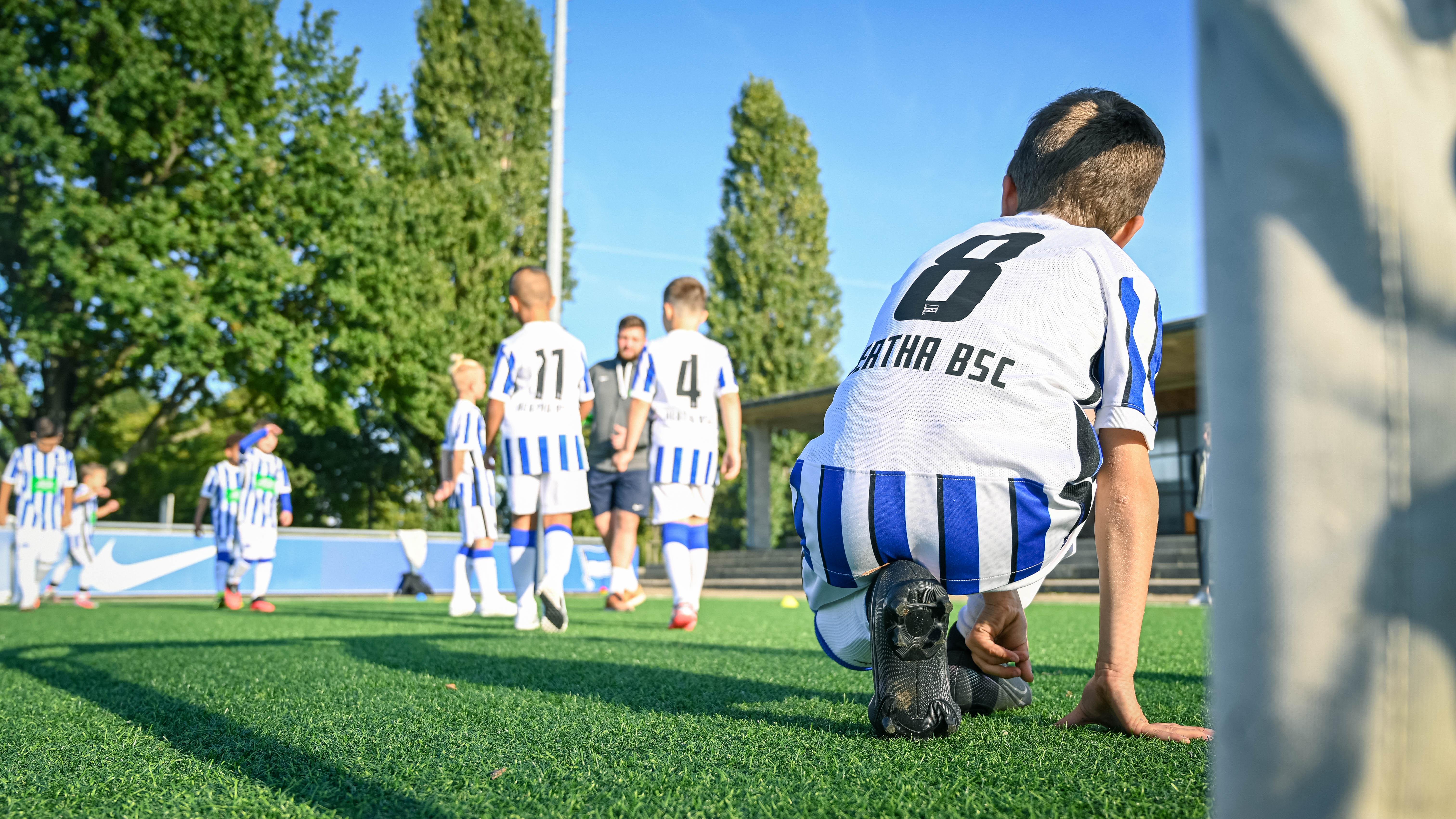 Herthas junge Talente beim Fußballspielen auf dem Trainingsplatz.