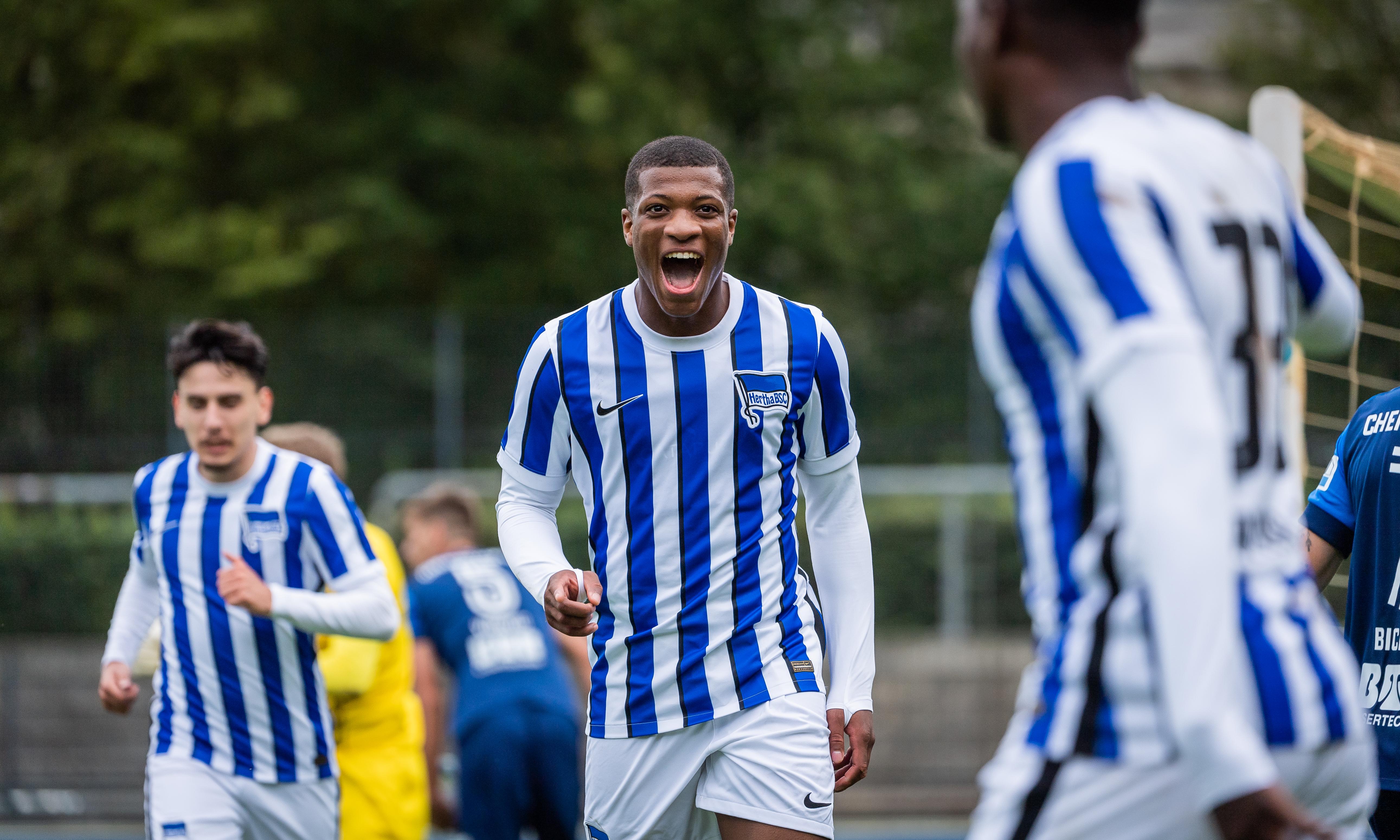 El canterano del Hertha Jessic Ngankam celebrando un gol.
