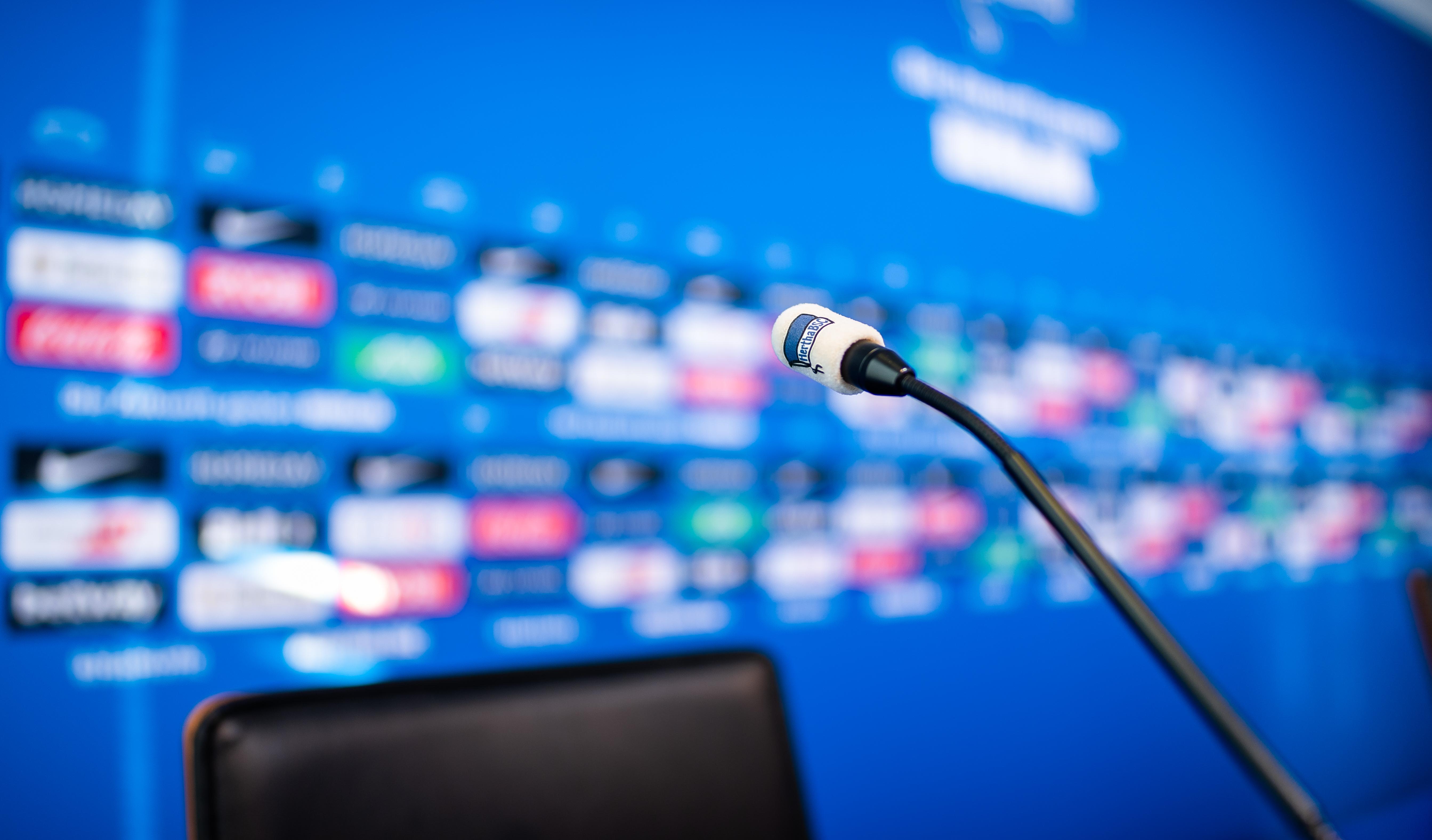 Das Podium im Medienraum von Hertha BSC