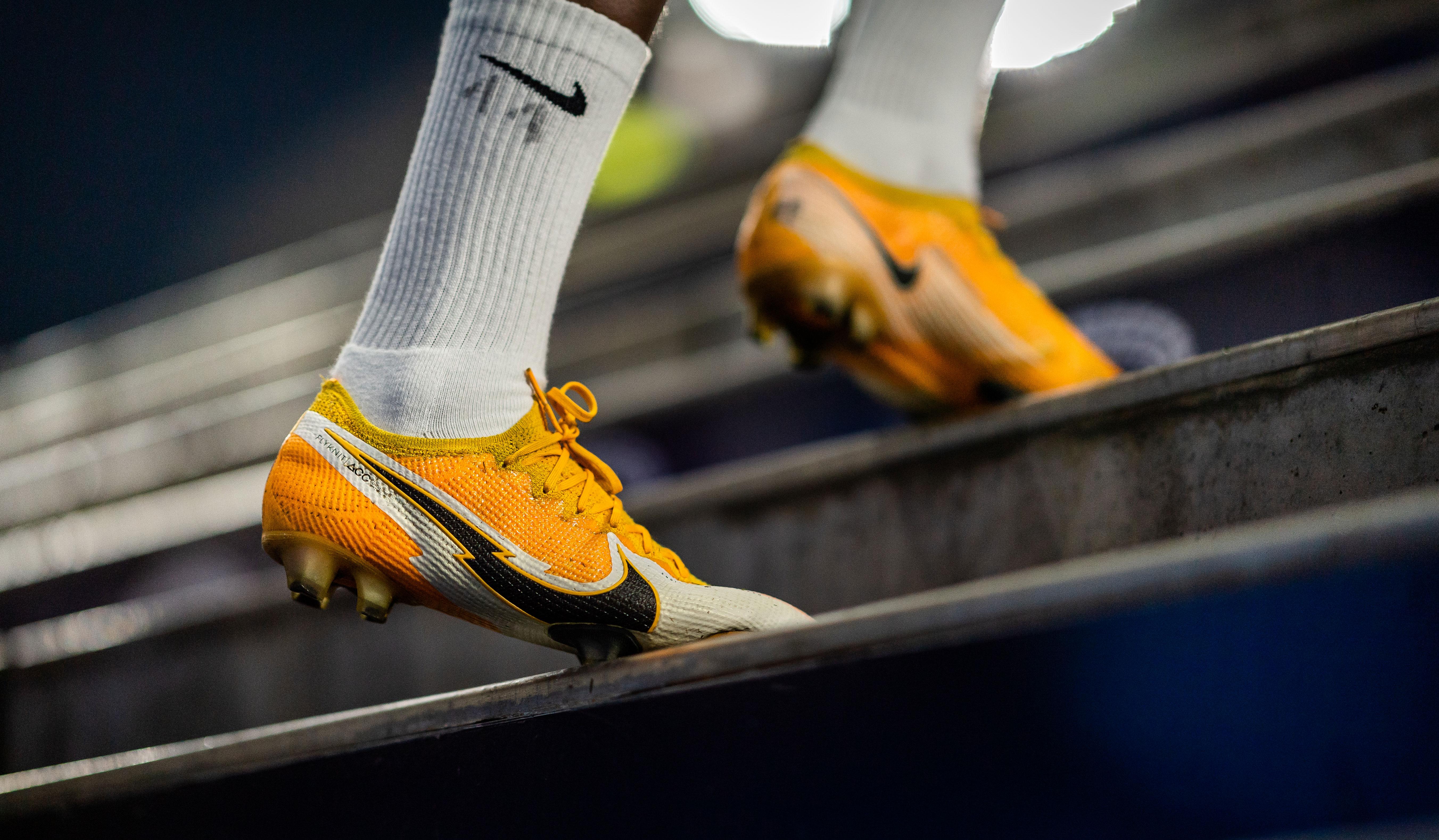 Nike-Schuhe auf der Treppe im Olympiastadion