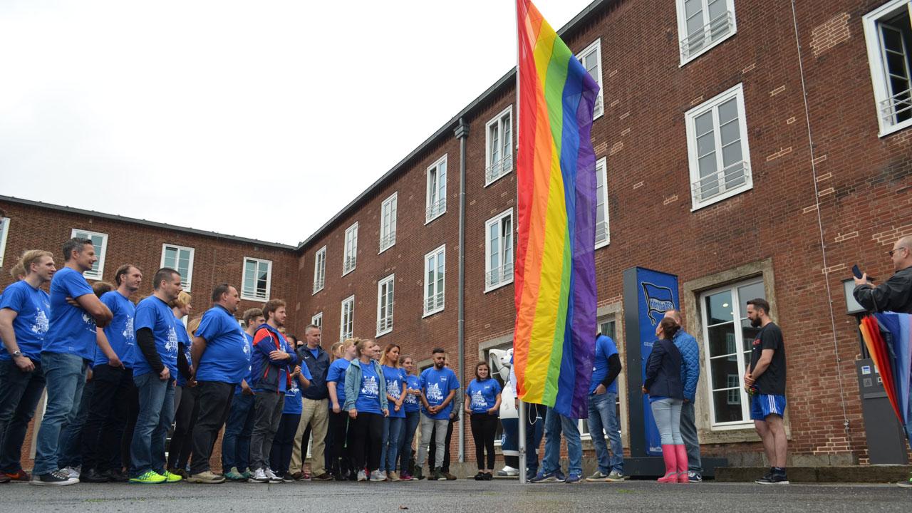 regenbogenflagge-geschaeftsstelle_05