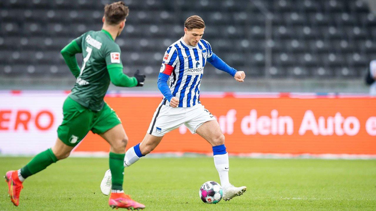 Niklas Stark con el balón frente al FC Augsburg.