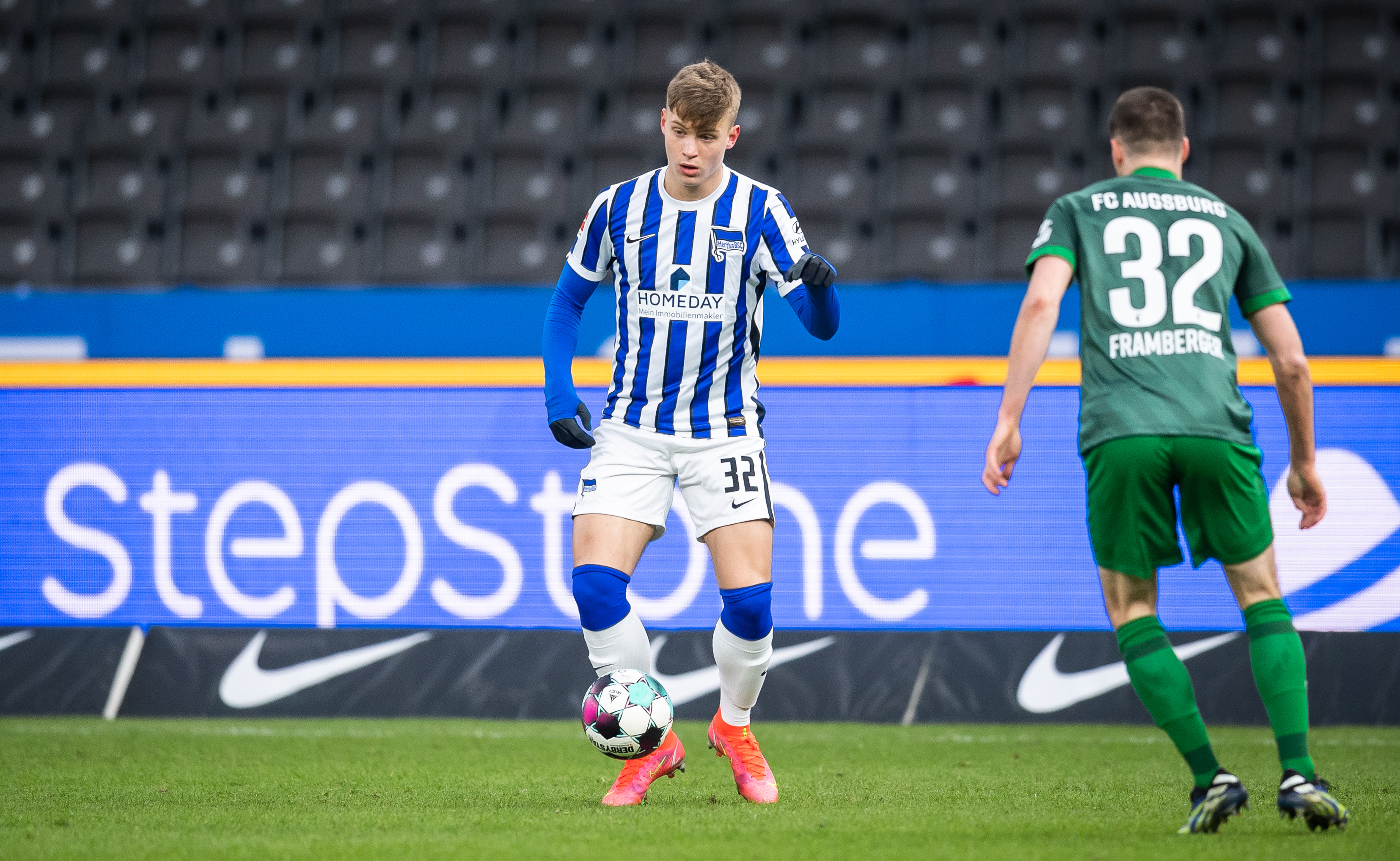 Luca Netz in action against FC Augsburg.