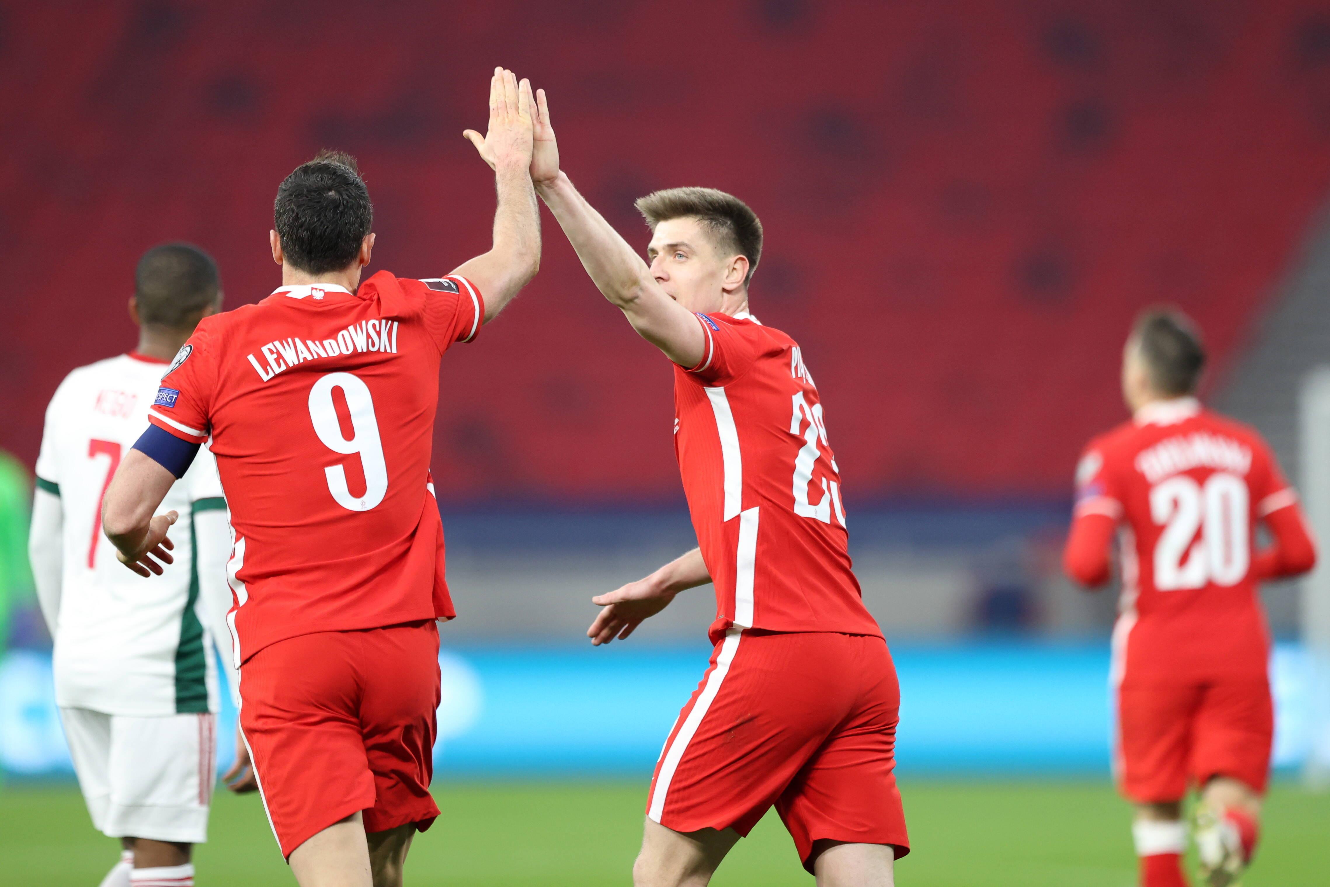 Krzysztof Piątek celebra tras marcar para Polonia
