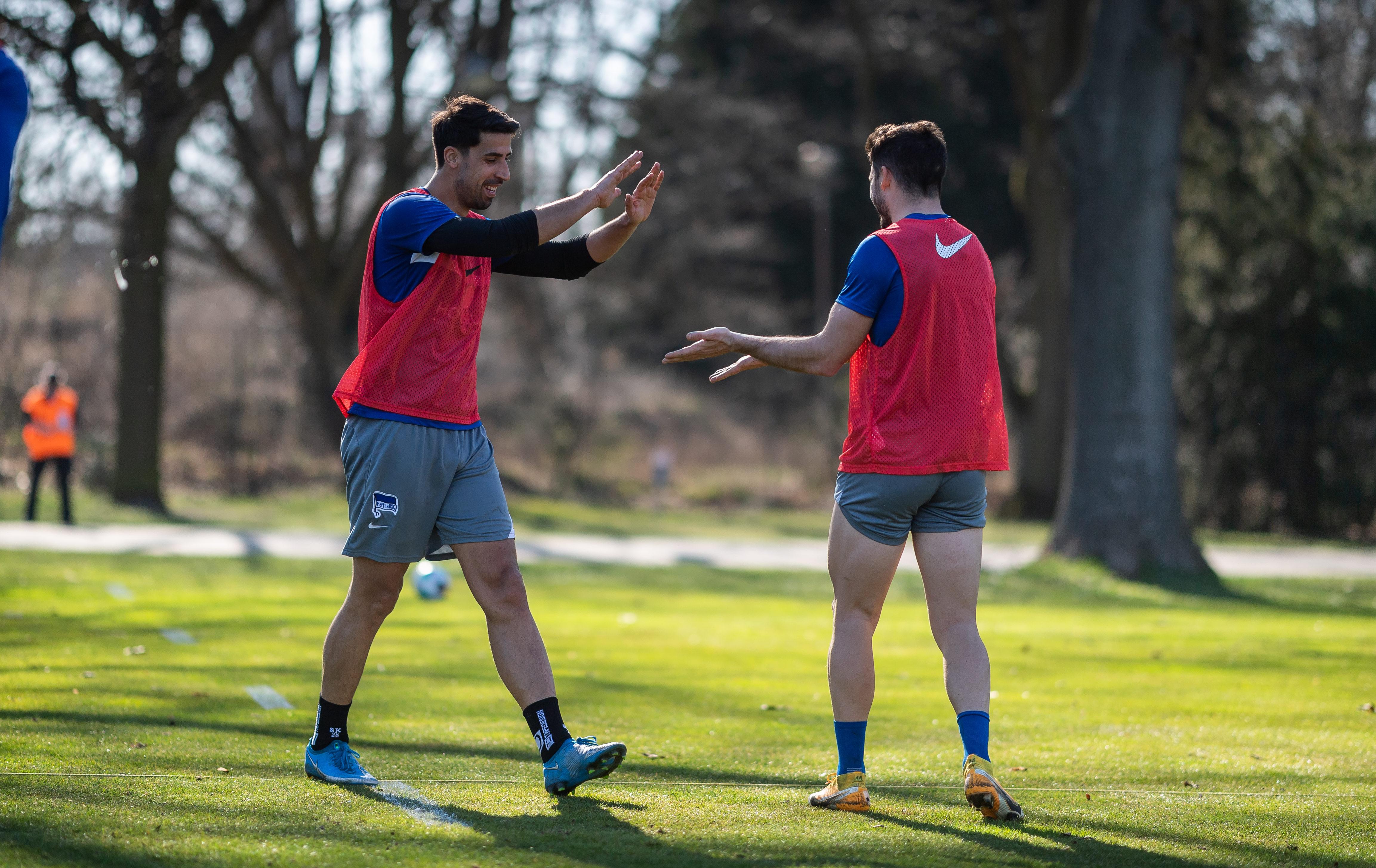 Sami Khedira y Mathew Leckie en el entrenamiento