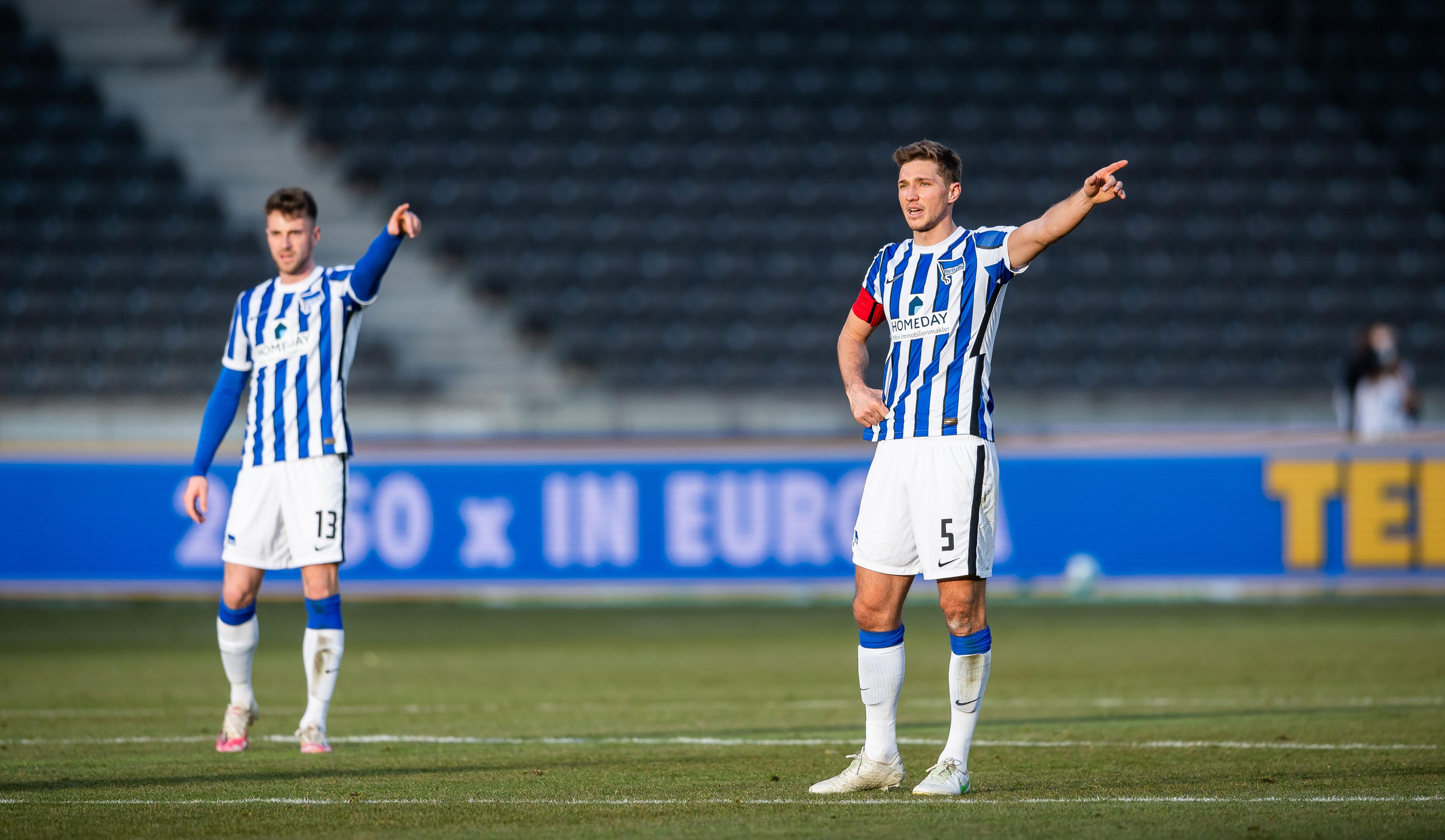 Lukas Klünter y Niklas Stark apuntan en la misma dirección en el campo.