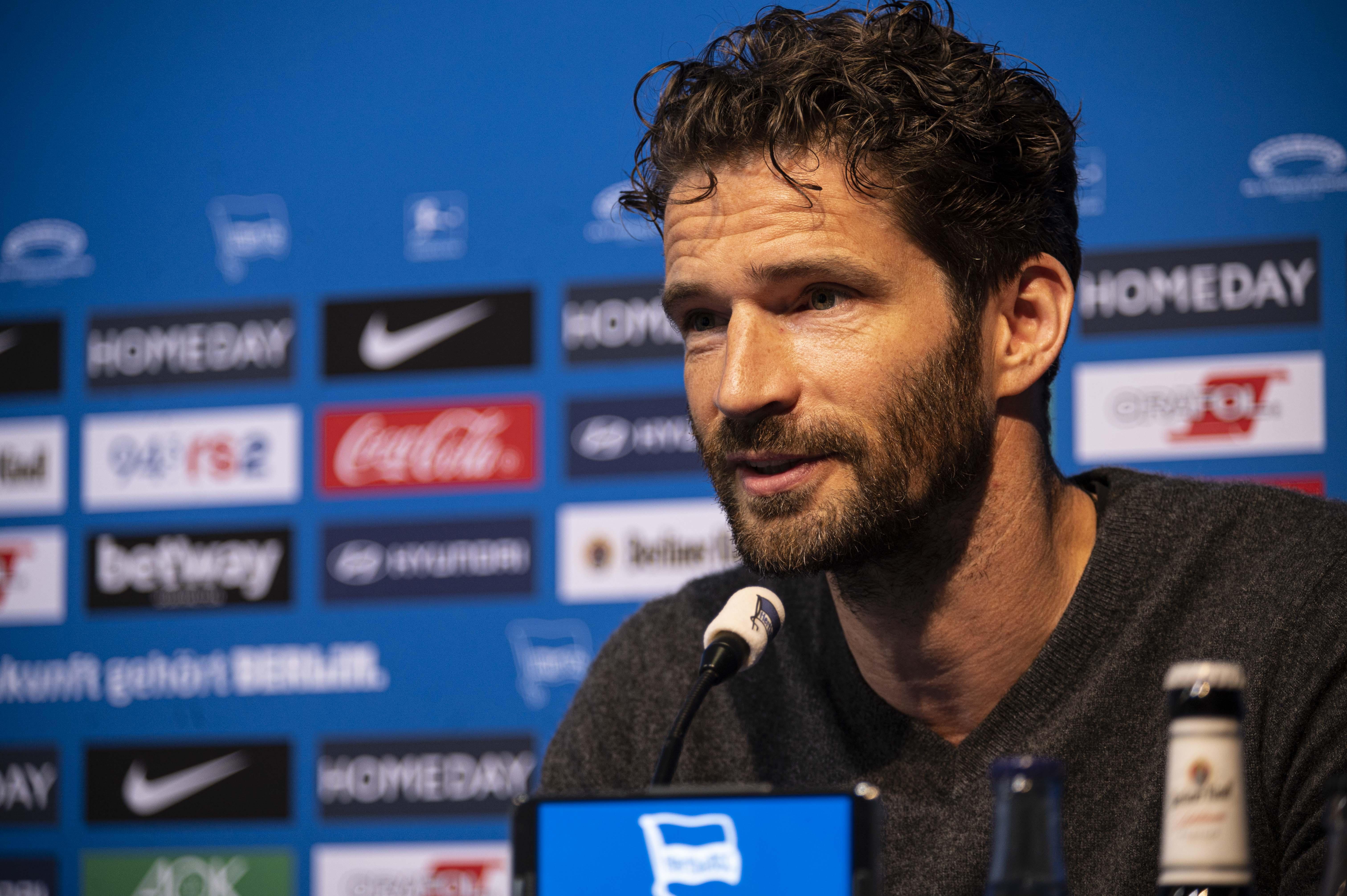 Arne Friedrich en el podio de la sala de prensa del Hertha.