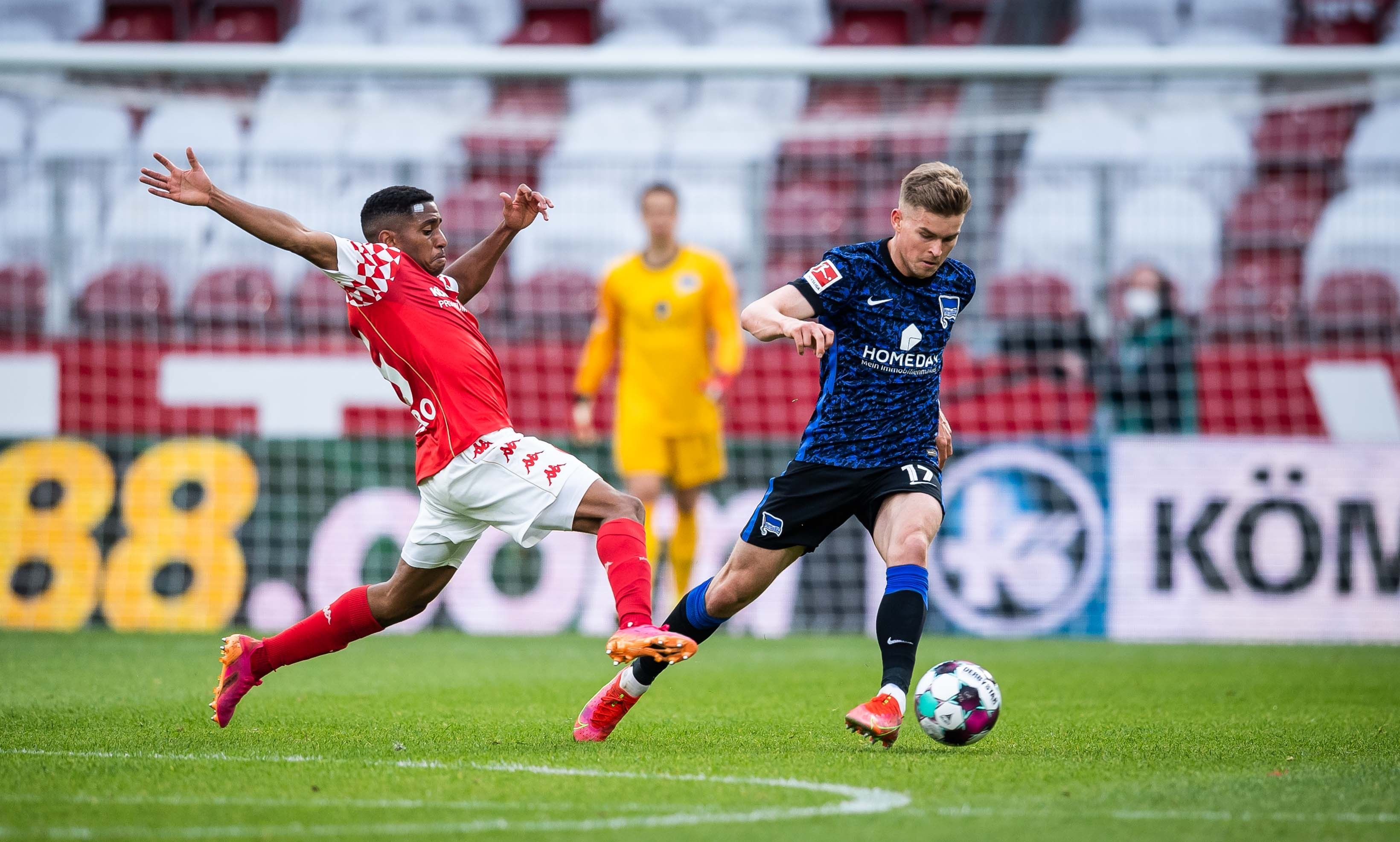 Maxi Mittelstädt challenges for the ball against Mainz 05.