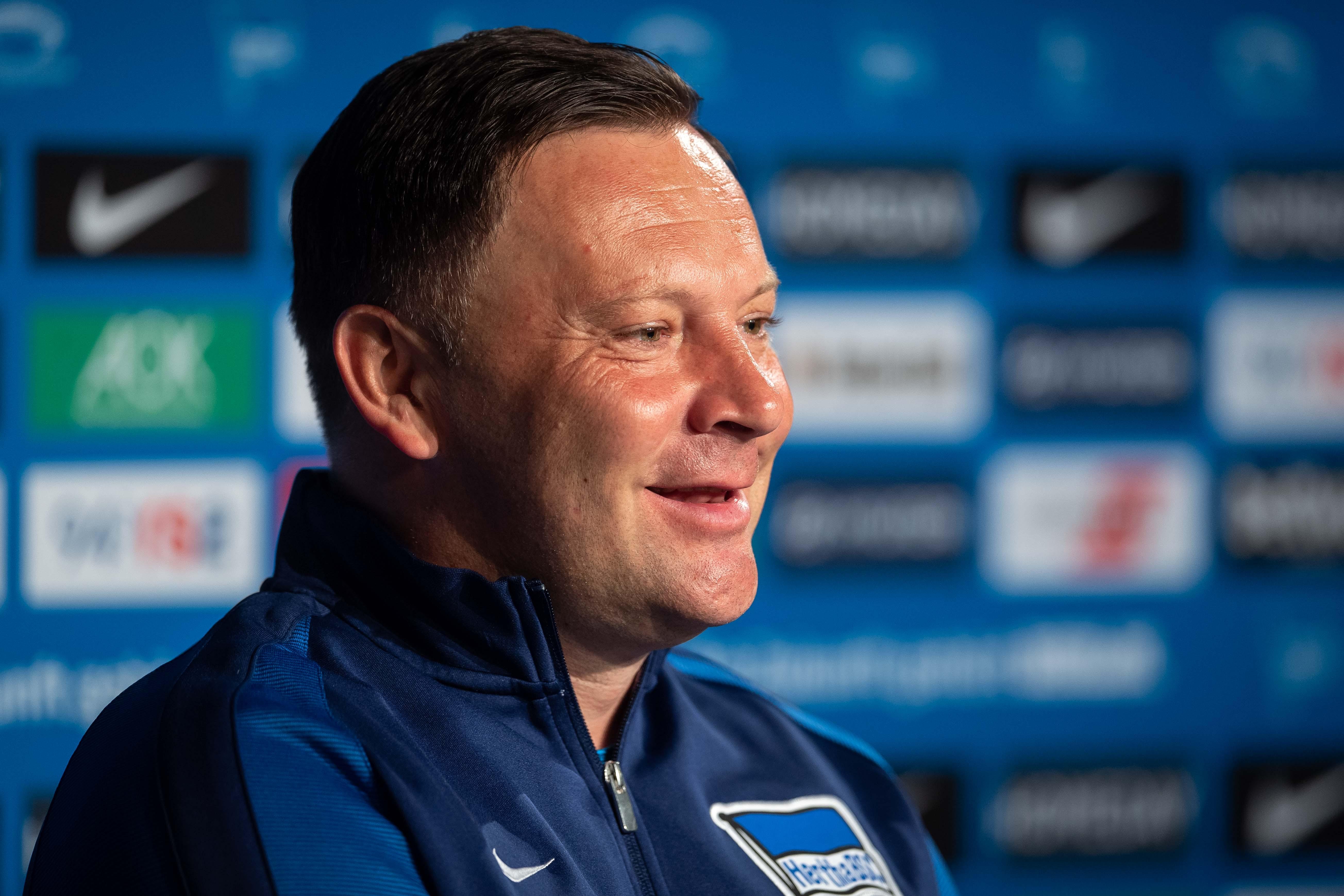 Pál Dárdai freut sich auf der Pressekonferenz nach dem Spiel gegen Freiburg.