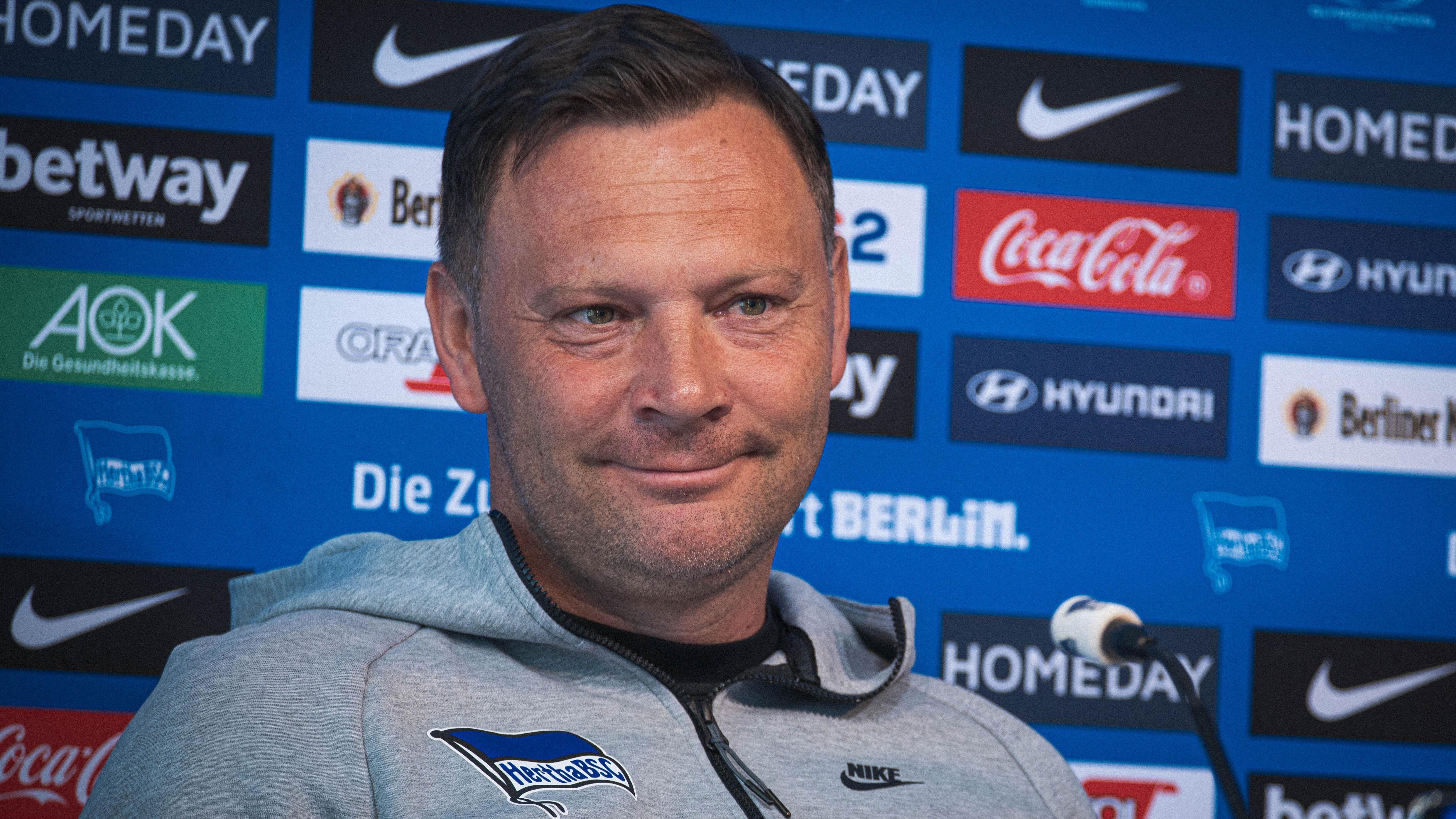 Pál Dárdai lächelt auf der Pressekonferenz.