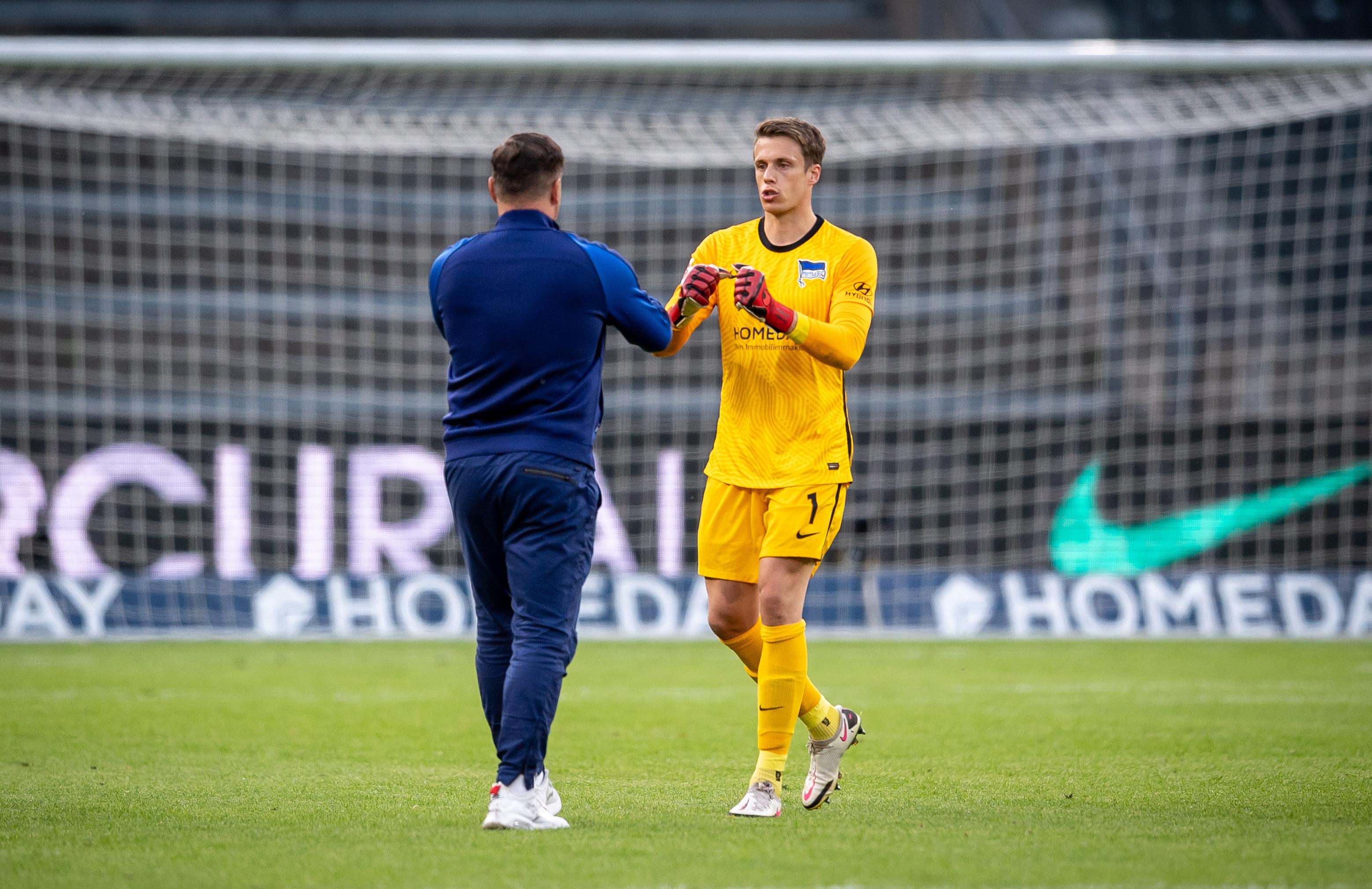 Pál Dárdai y Alexander Schwolow se dan un apretón de manos tras el partido.