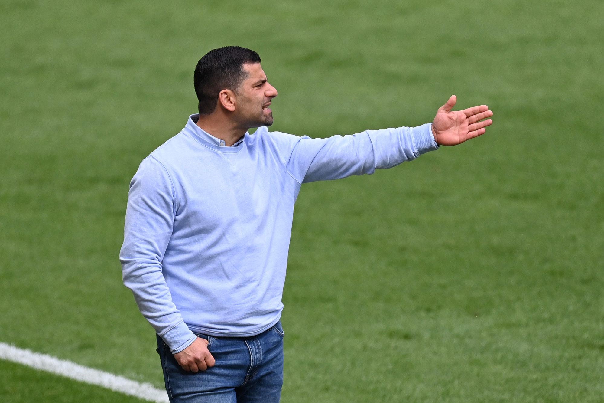 Schalke-Trainer Dimitrios Grammozis gibt Anweisungen.