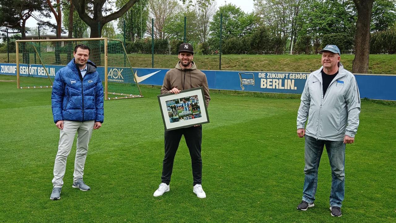 Benjamin Weber, Rico Morack und Frank Vogel (v.l.n.r.) stehen auf dem Trainingsplatz.