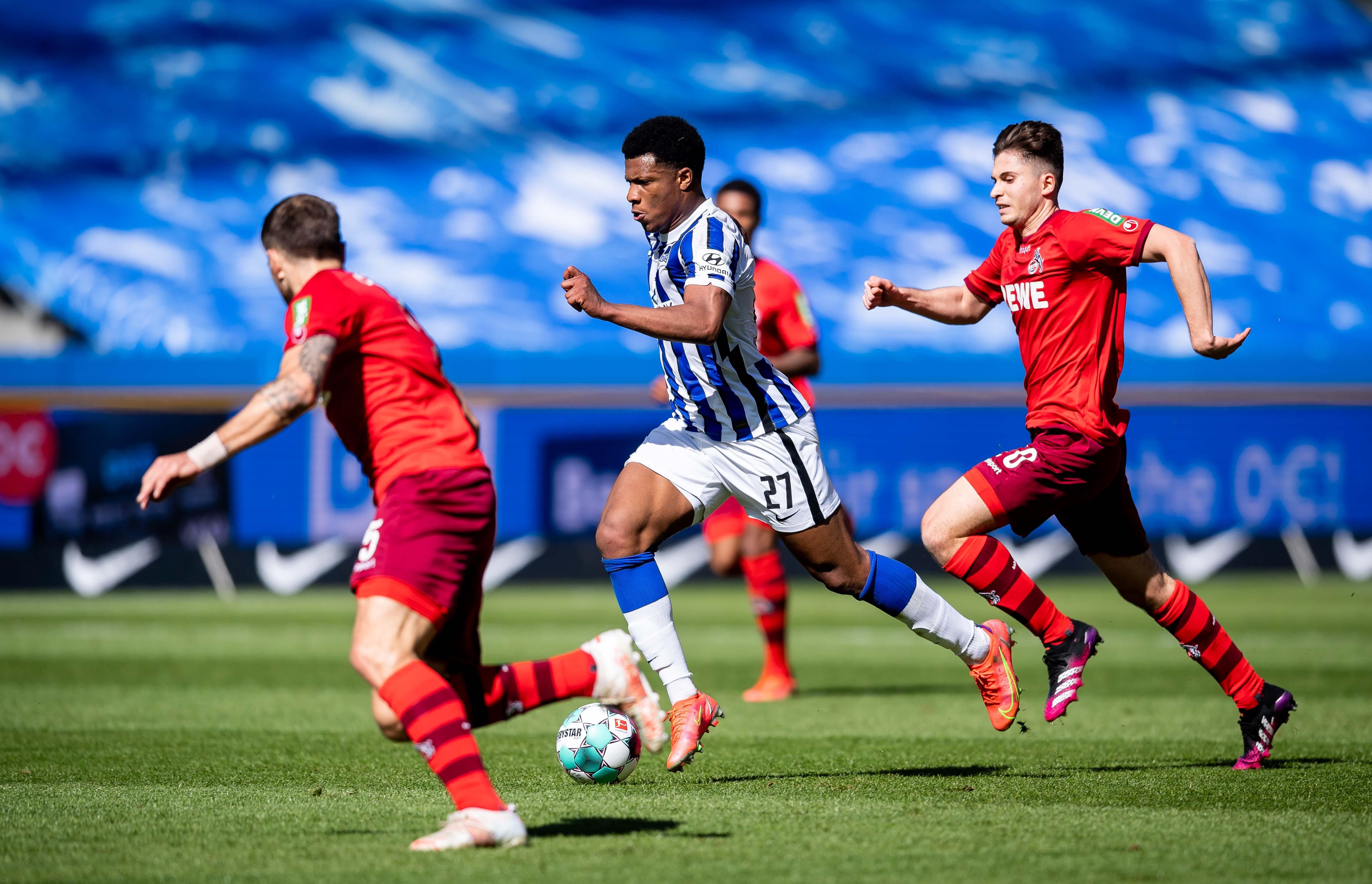 Jessic Ngamkam setzt sich gegen die Kölner Gegenspieler durch.