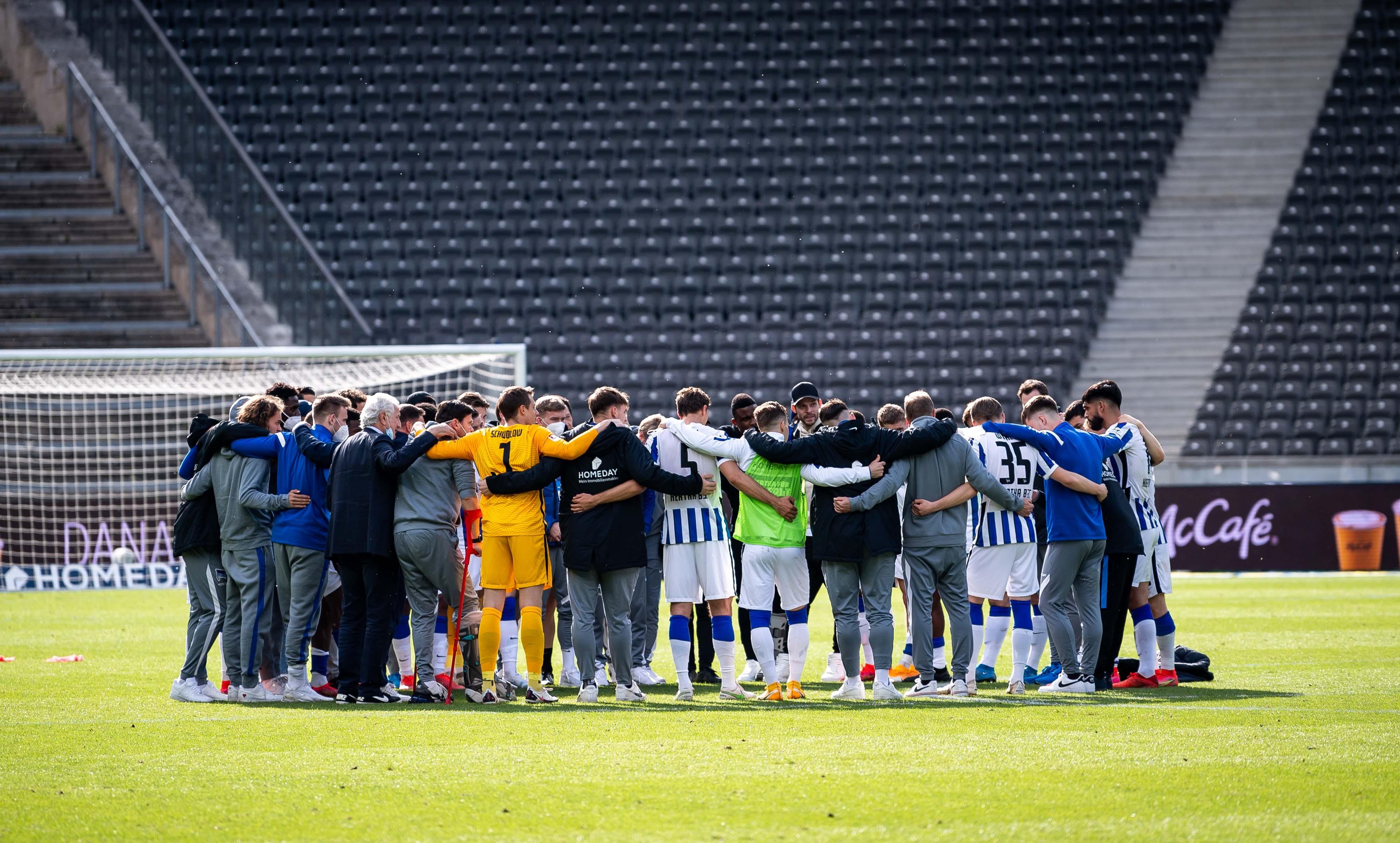 Nuestro equipo se reúne en círculo tras el pitido final.