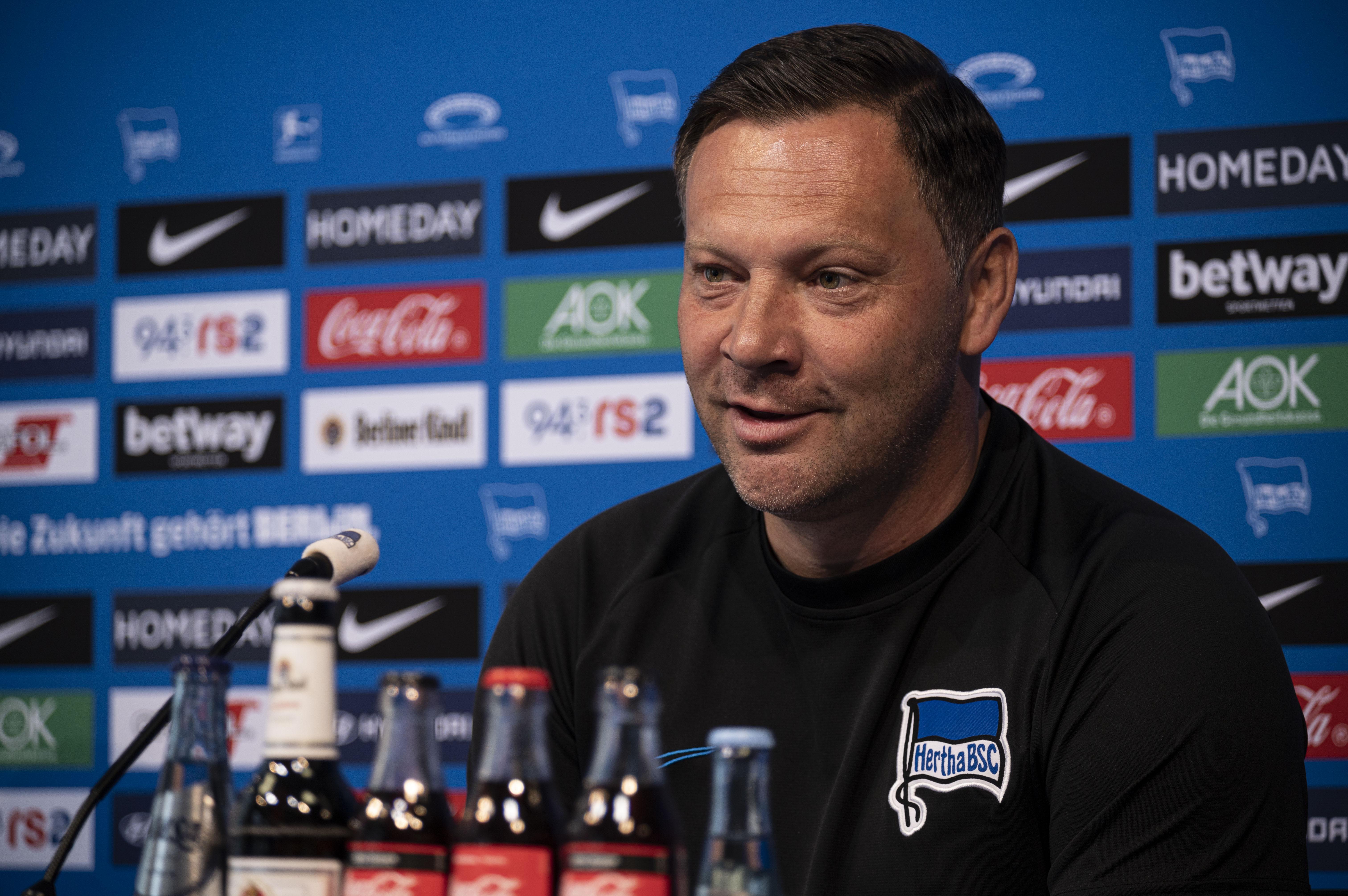 Pál Dárdai en el podio de la sala de prensa del Hertha.