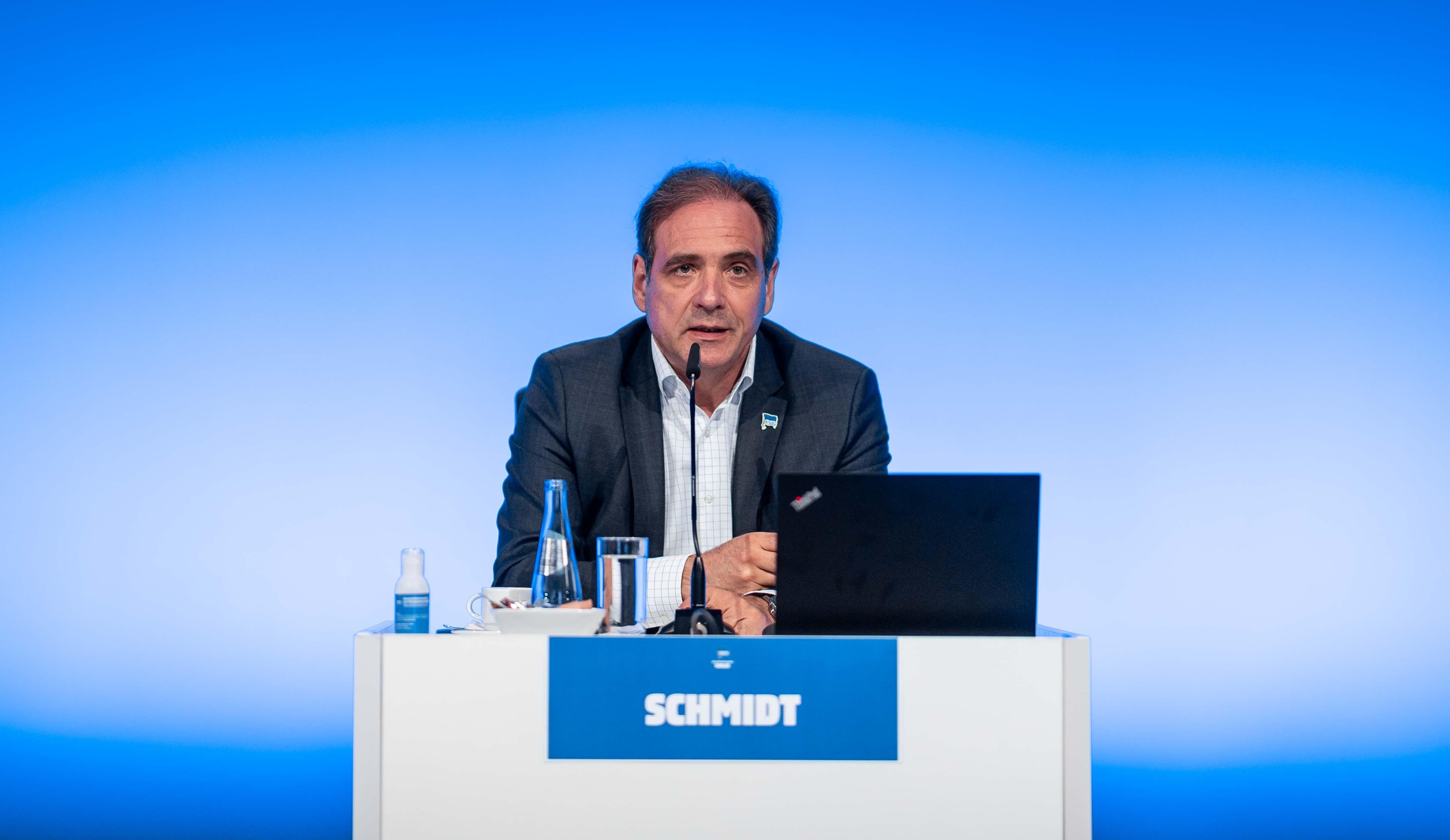 Carsten Schmidt an seinem Tisch auf der Mitgliederversammlung.