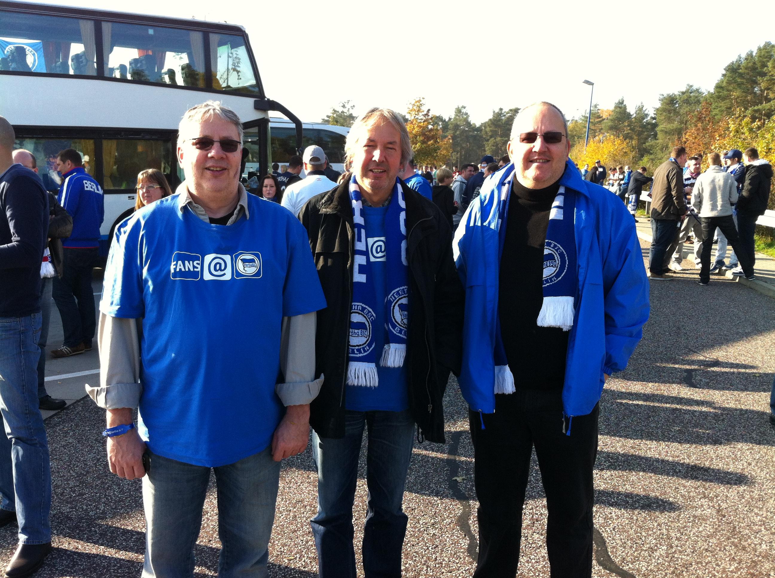 Klaus Becker (Mitte) mit seinen Brüdern beim Auswärtsspiel in Wolfsburg.