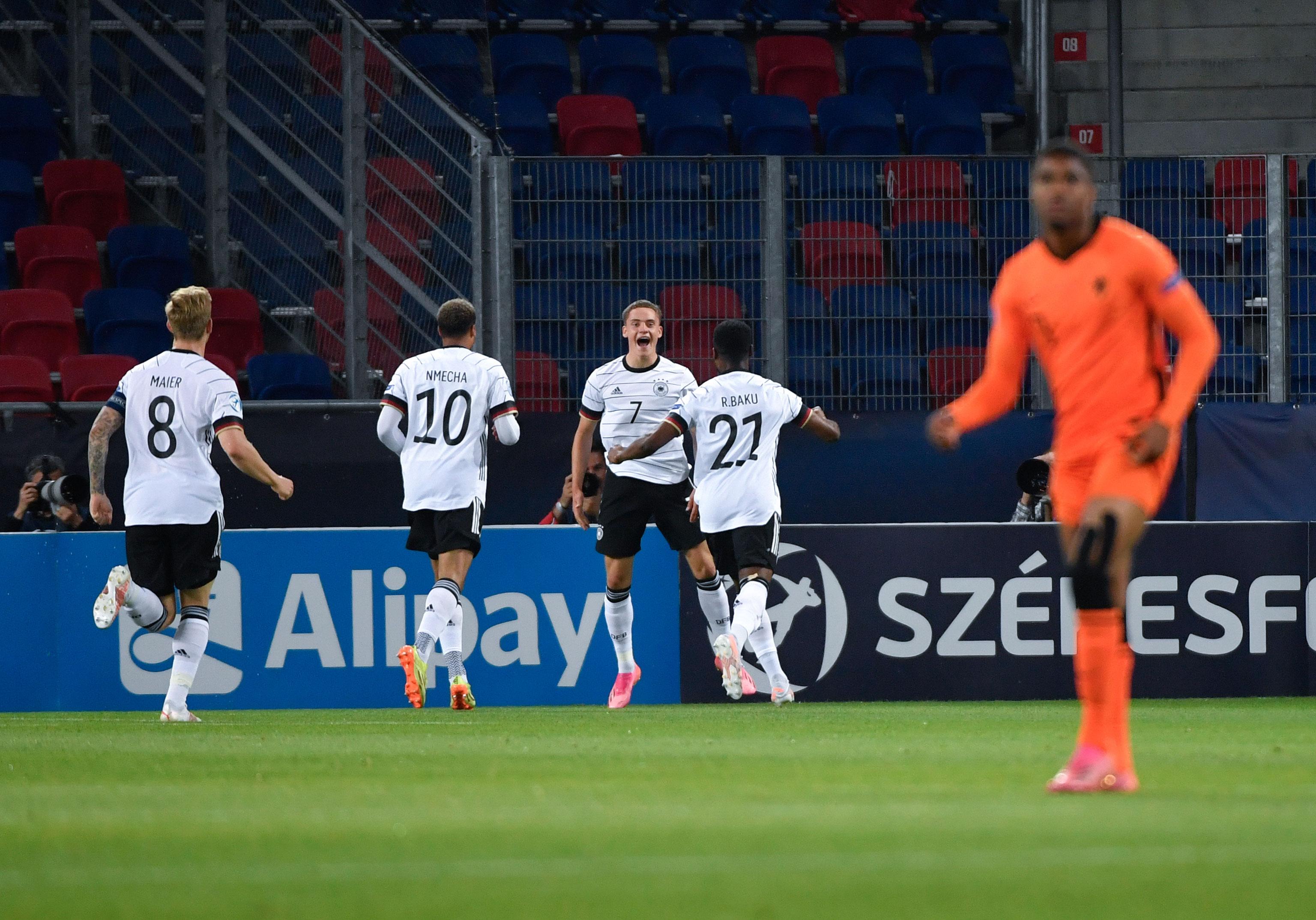 Arne Maier y el equipo celebrando el gol.
