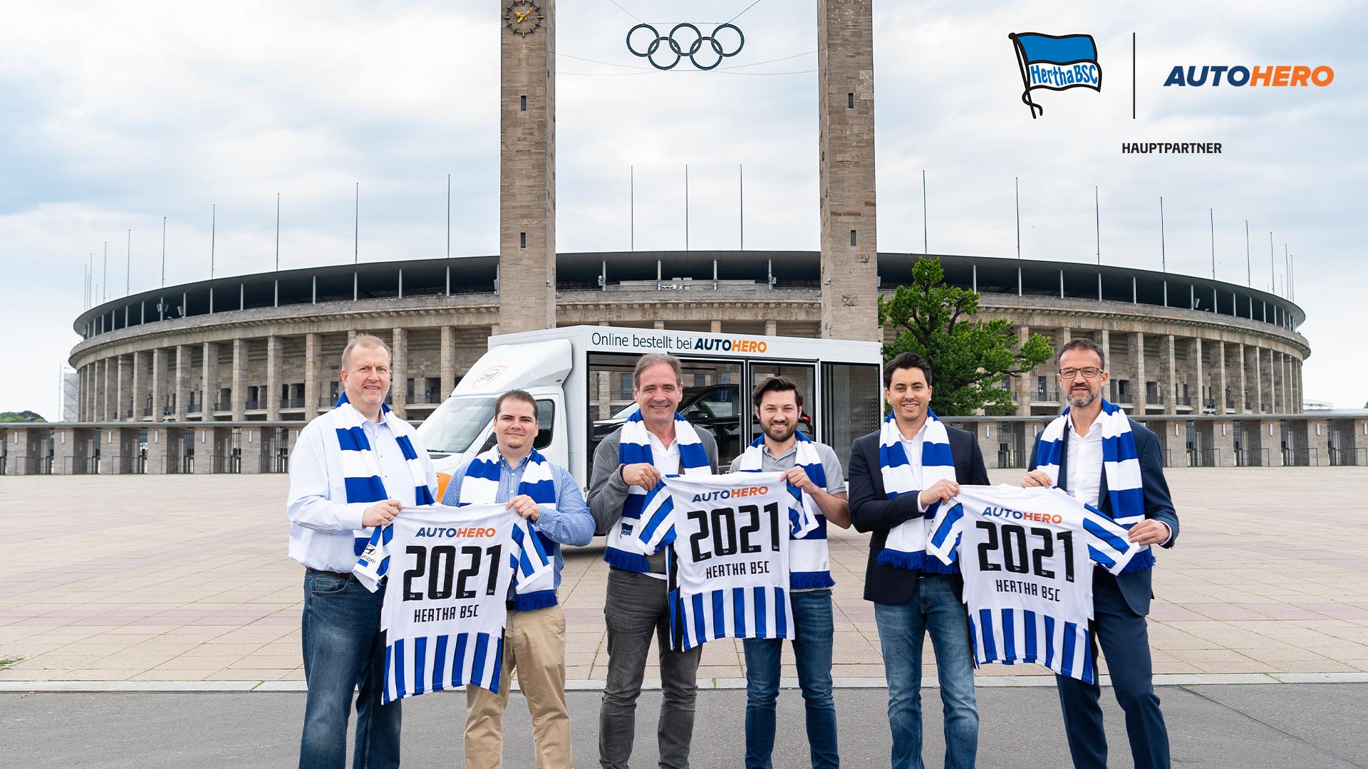 Ingo Schiller, Sören Lange, Carsten Schmidt, Josef Hallmann, Hamza Saber, Fredi Bobic (v.l.n.r.) vor dem Olympiastadion