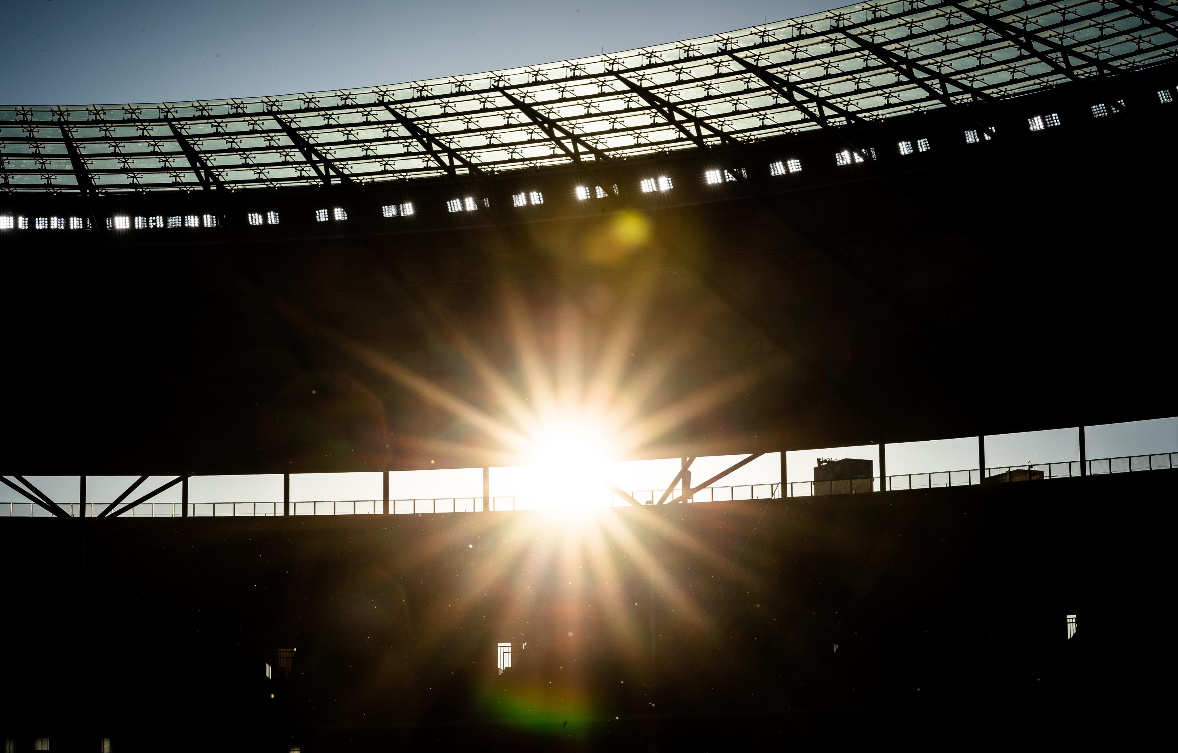 Die Sonne scheint ins Olympiastadion.