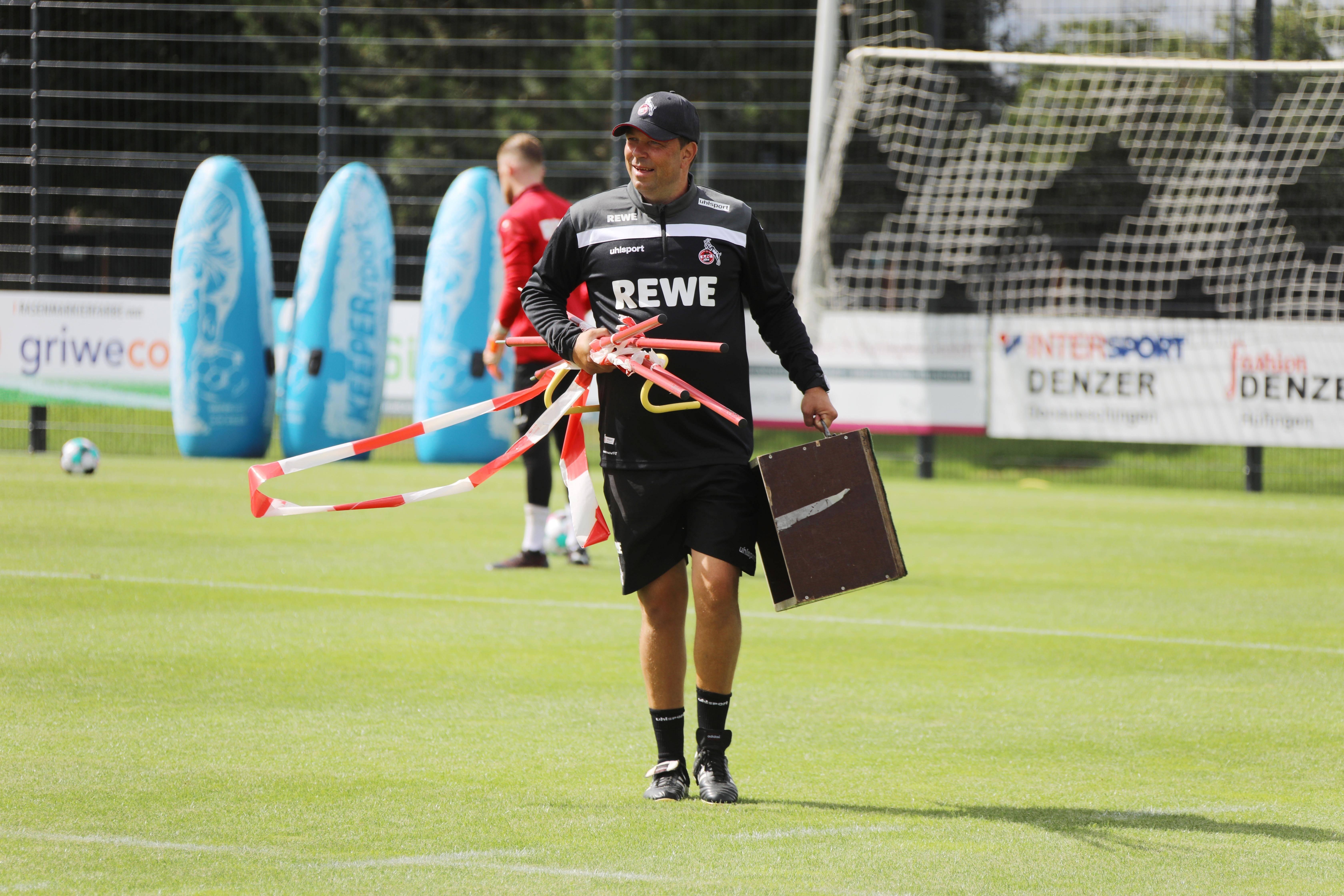 Andreas Menger con  equipo de entrenamiento en el campo.
