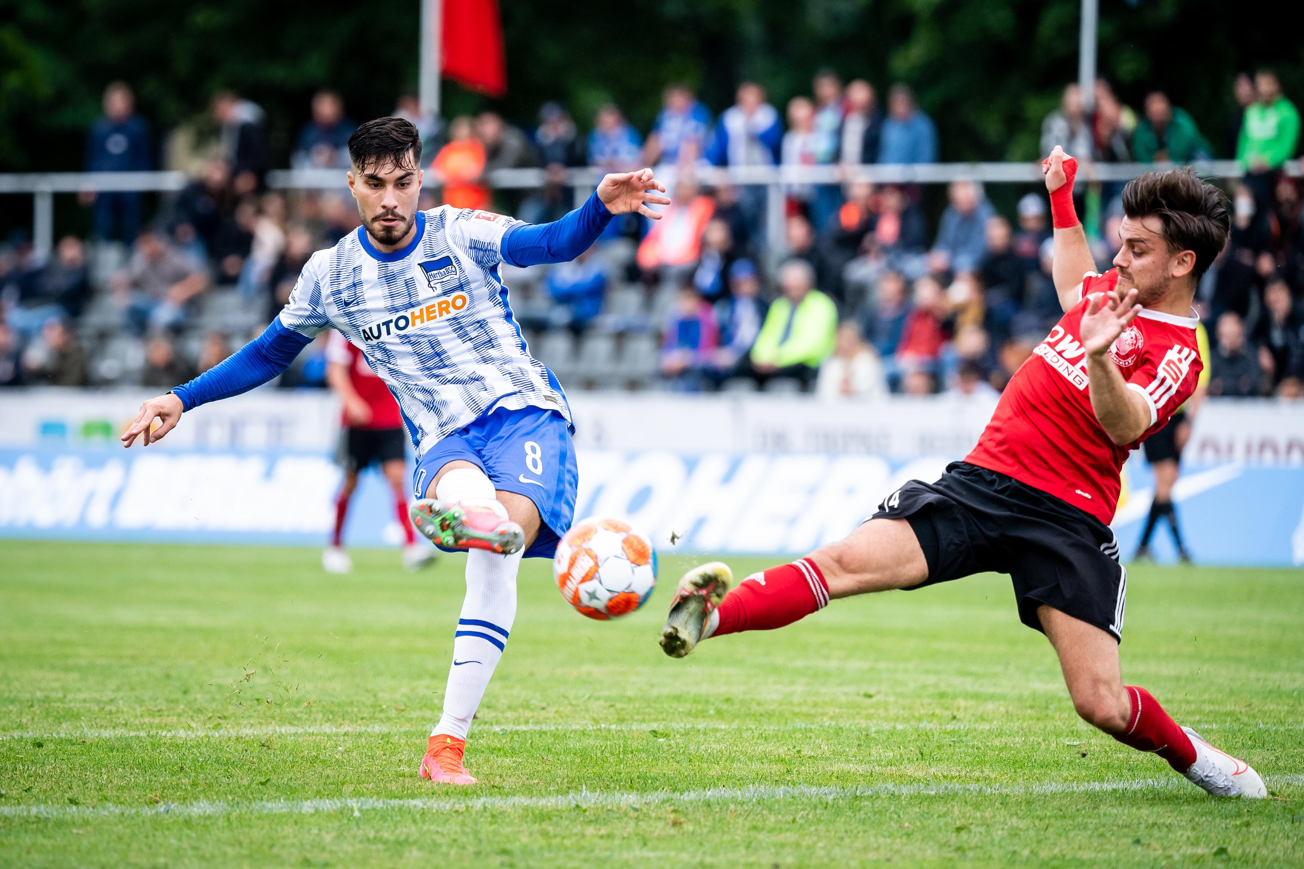 Suat Serdar schießt im Testspiel aufs Tor.