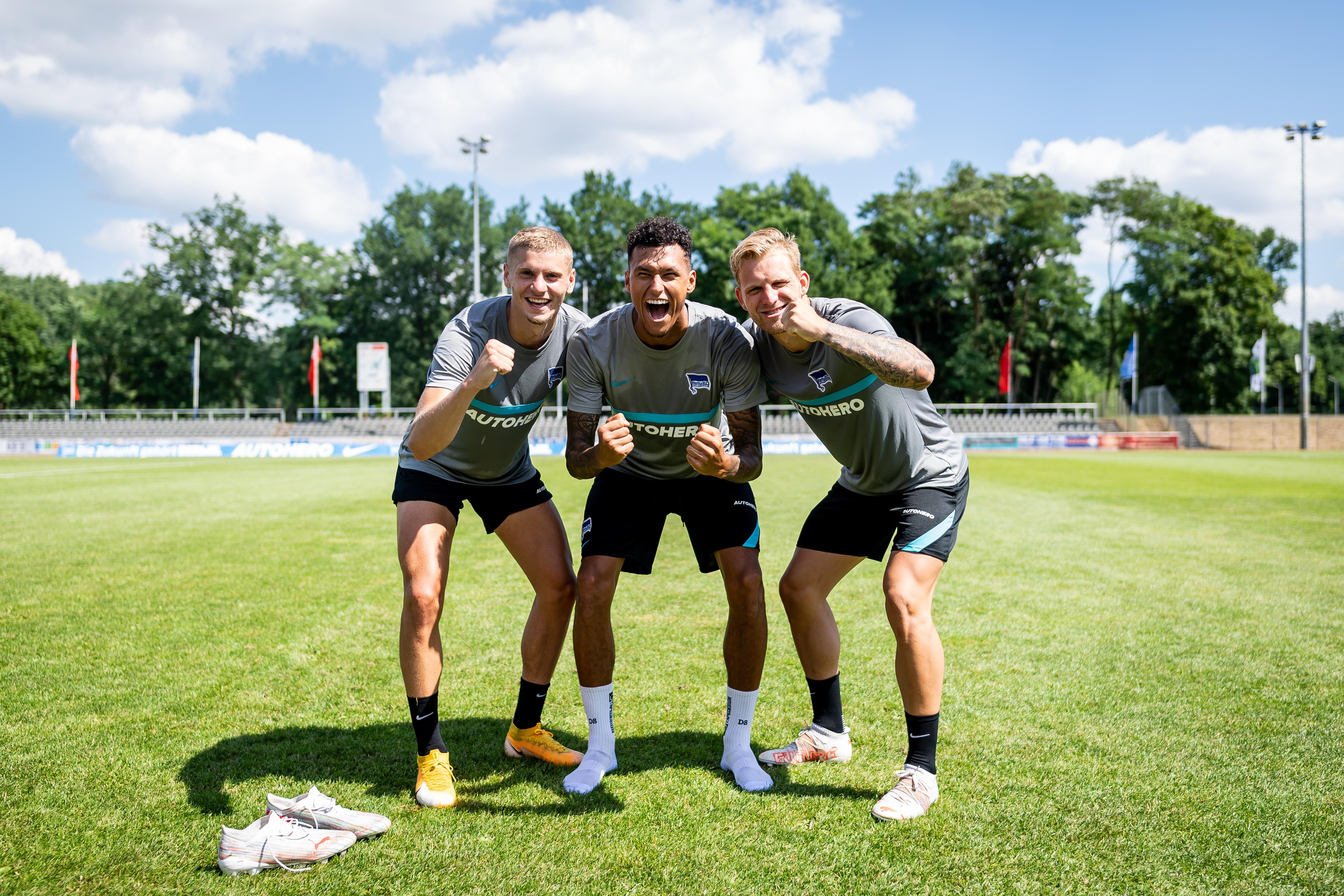 Márton Dárdai, Davie Selke und Arne Maier jubeln im Training.