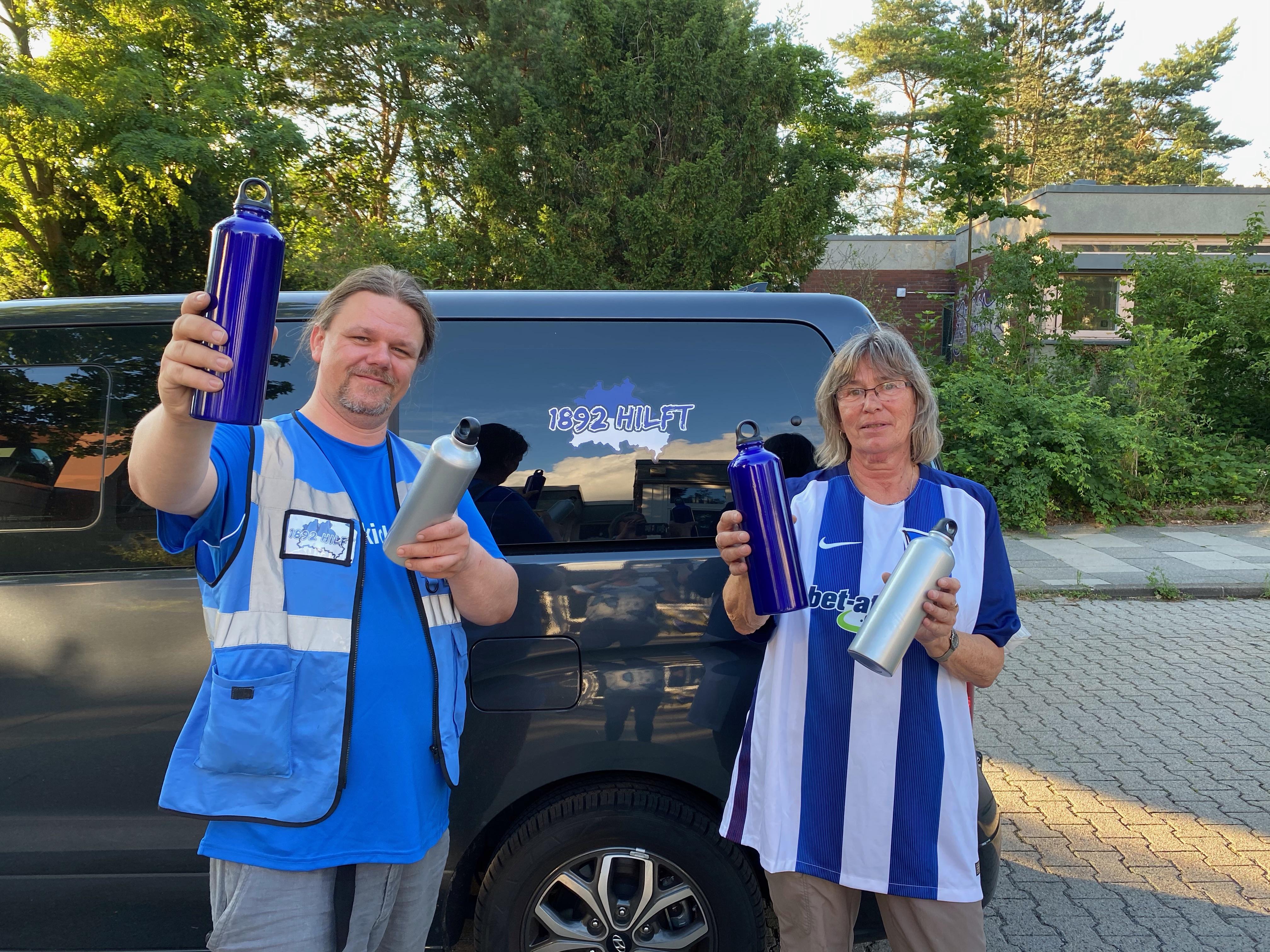 Zwei Helfer mit den Alu-Flaschen.
