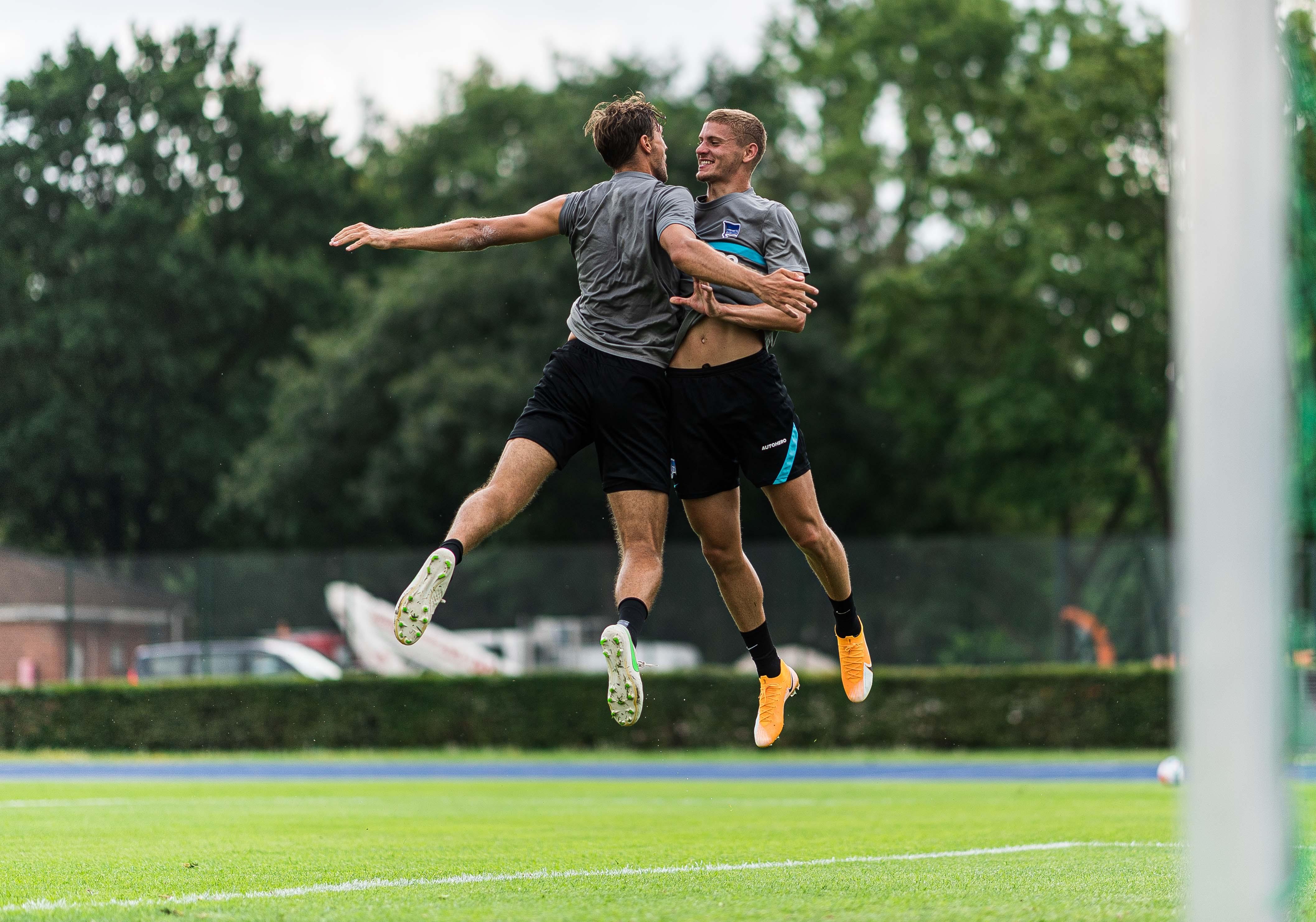 Niklas Stark y Márton Dárdai animando durante el entrenamiento.