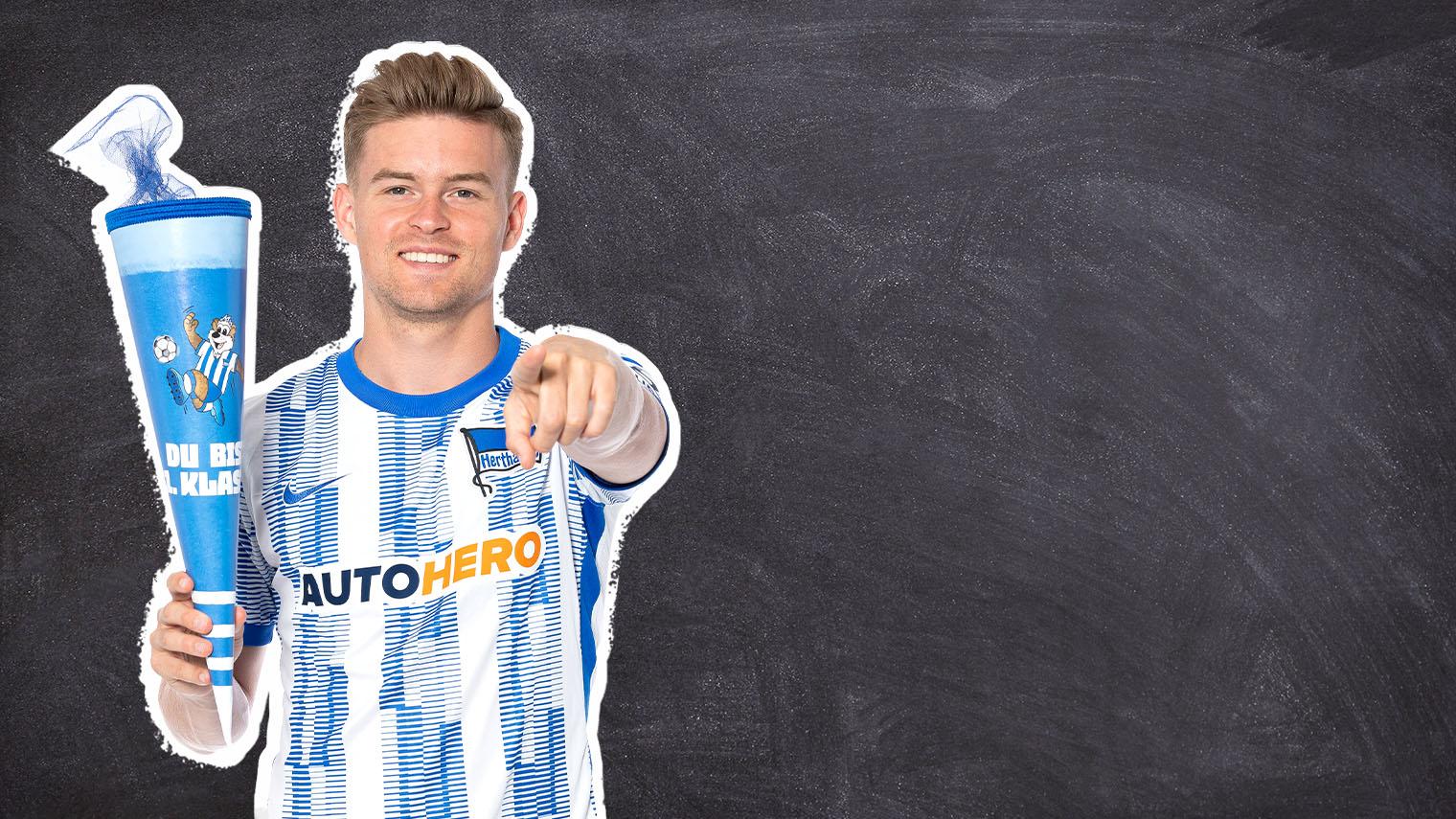 Maximilian Mittelstädt präsentiert die blau-weiße Schultüte.
