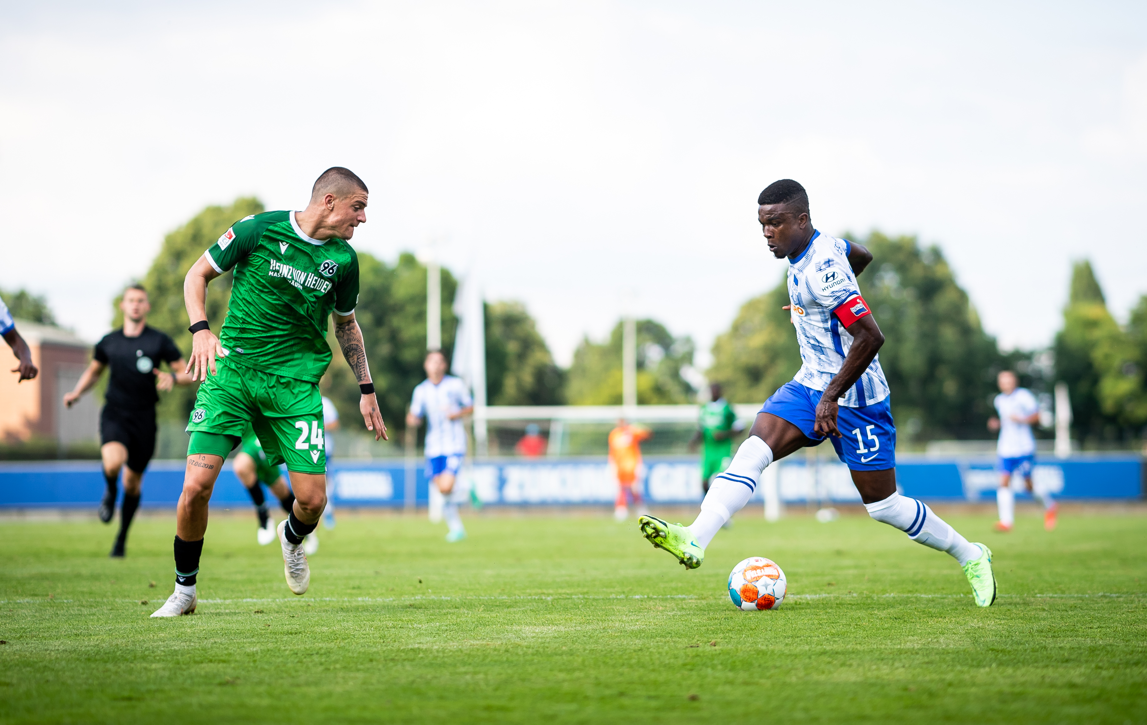 Jhon Córdoba on the ball in our friendly against Hannover 96.