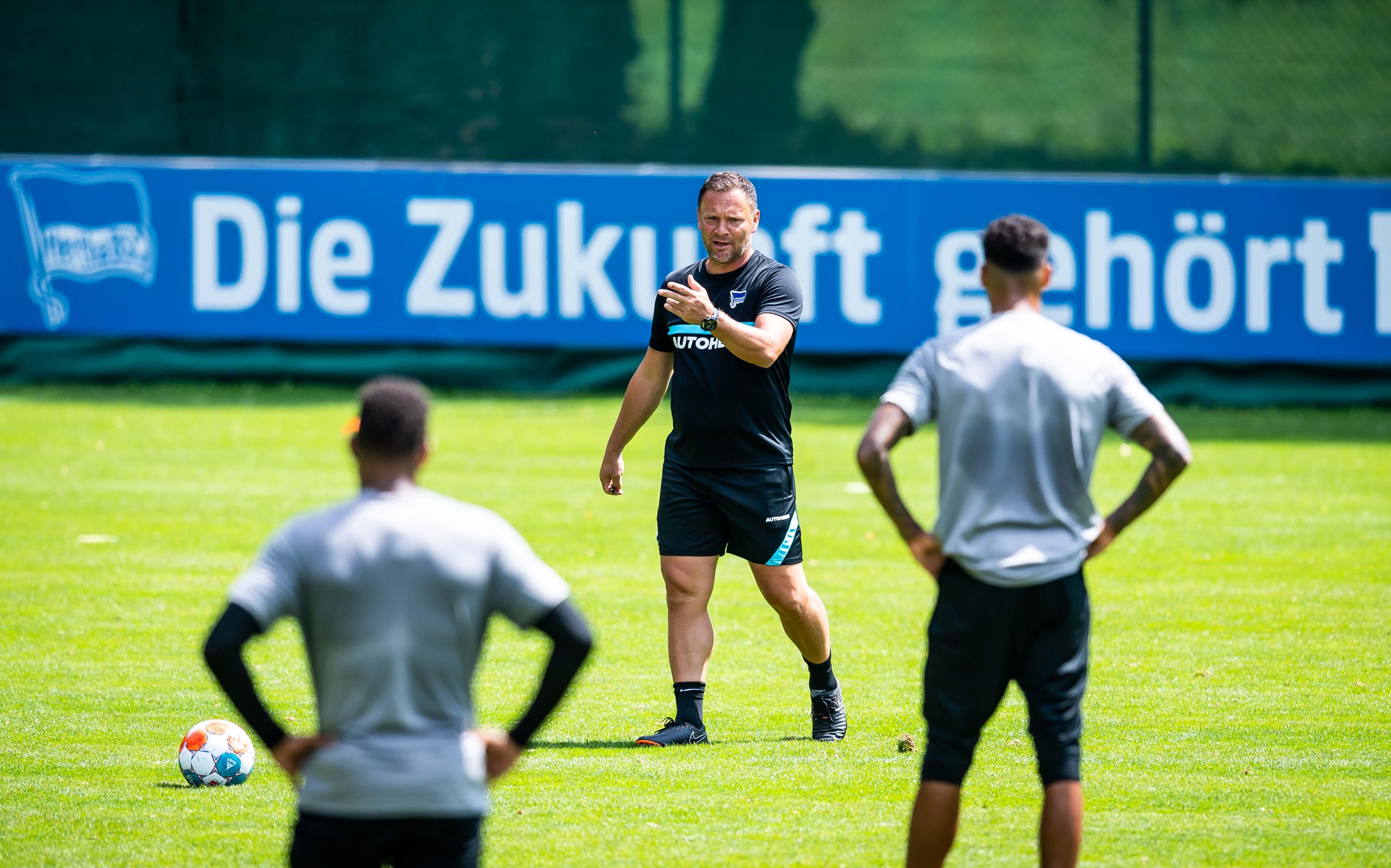Pál Dárdai erklärt seiner Mannschaft im Training seinen Matchplan.