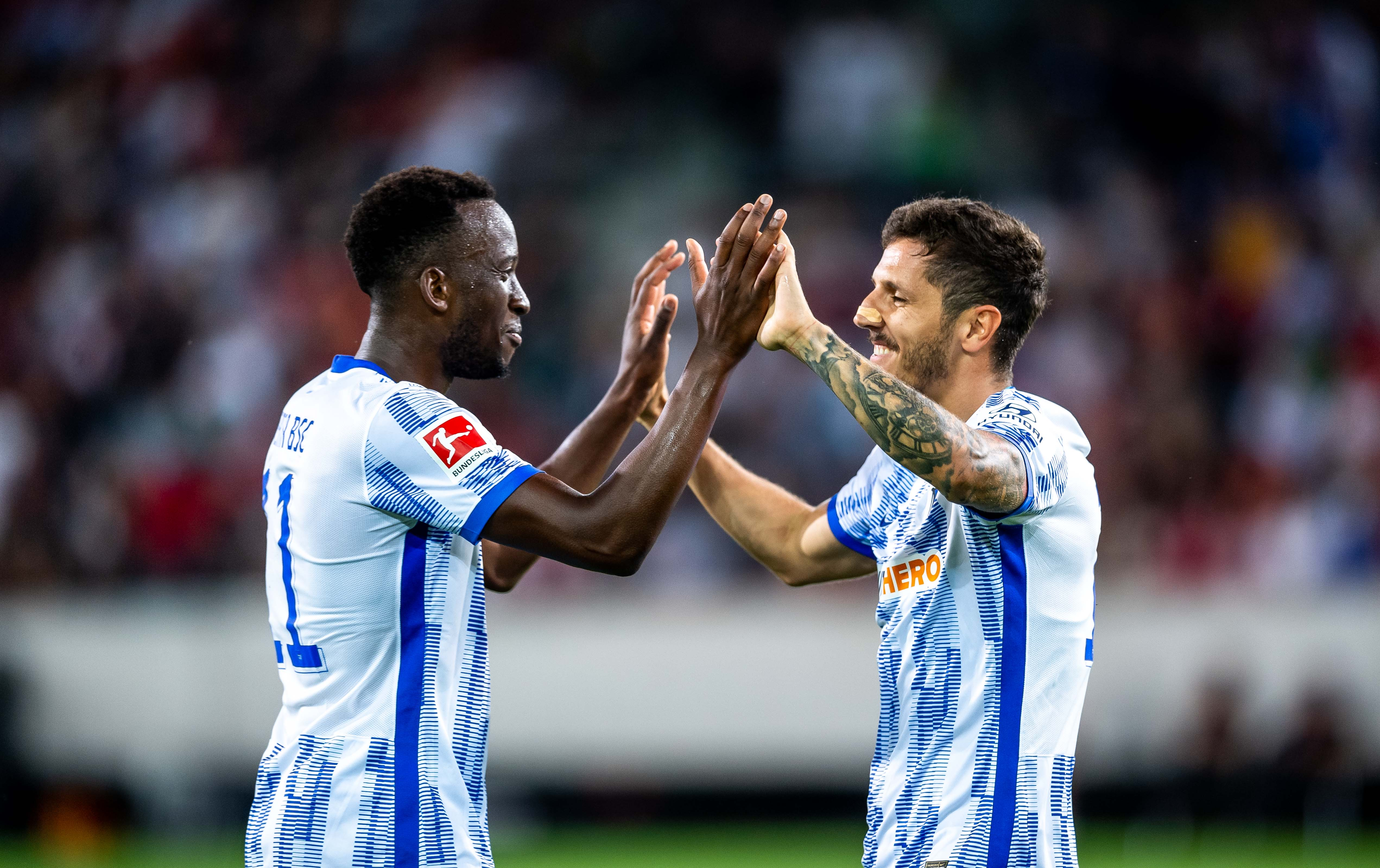 Dodi Lukébakio y Stevan Jovetić celebran un gol.