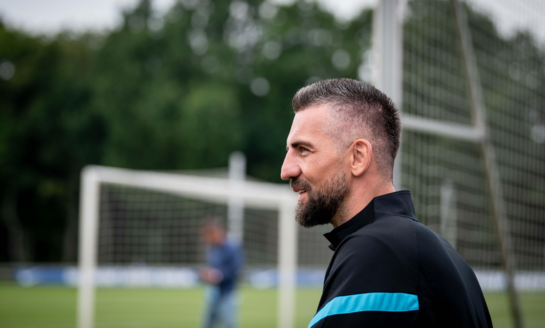 Vedad Ibišević observa el entrenamiento.