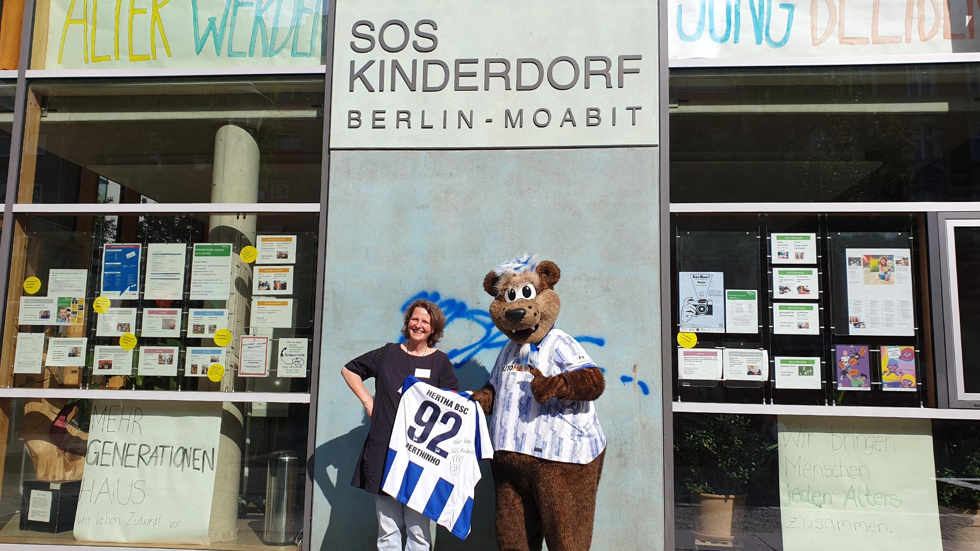 Herthinho zu Besuch im SOS Kinderdorf Berlin.