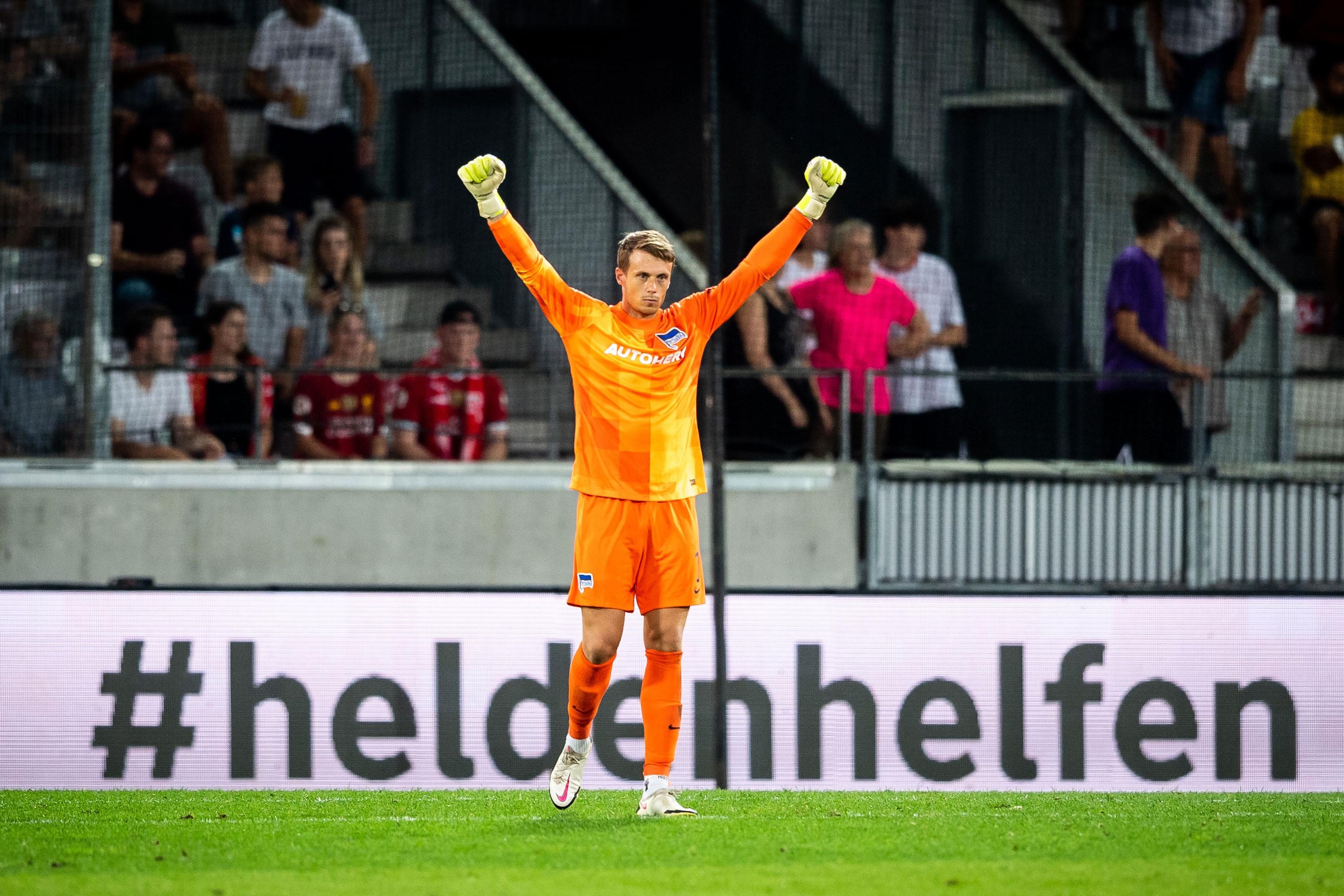 Alexander Schwolow bejubelt den Sieg gegen den FC Liverpool.