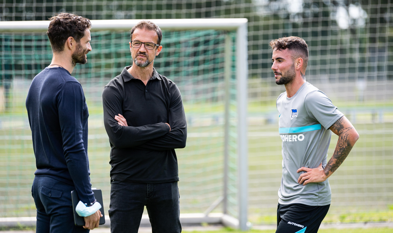 Arne Friedrich, Fredi Bobic y Marco Richter hablando.