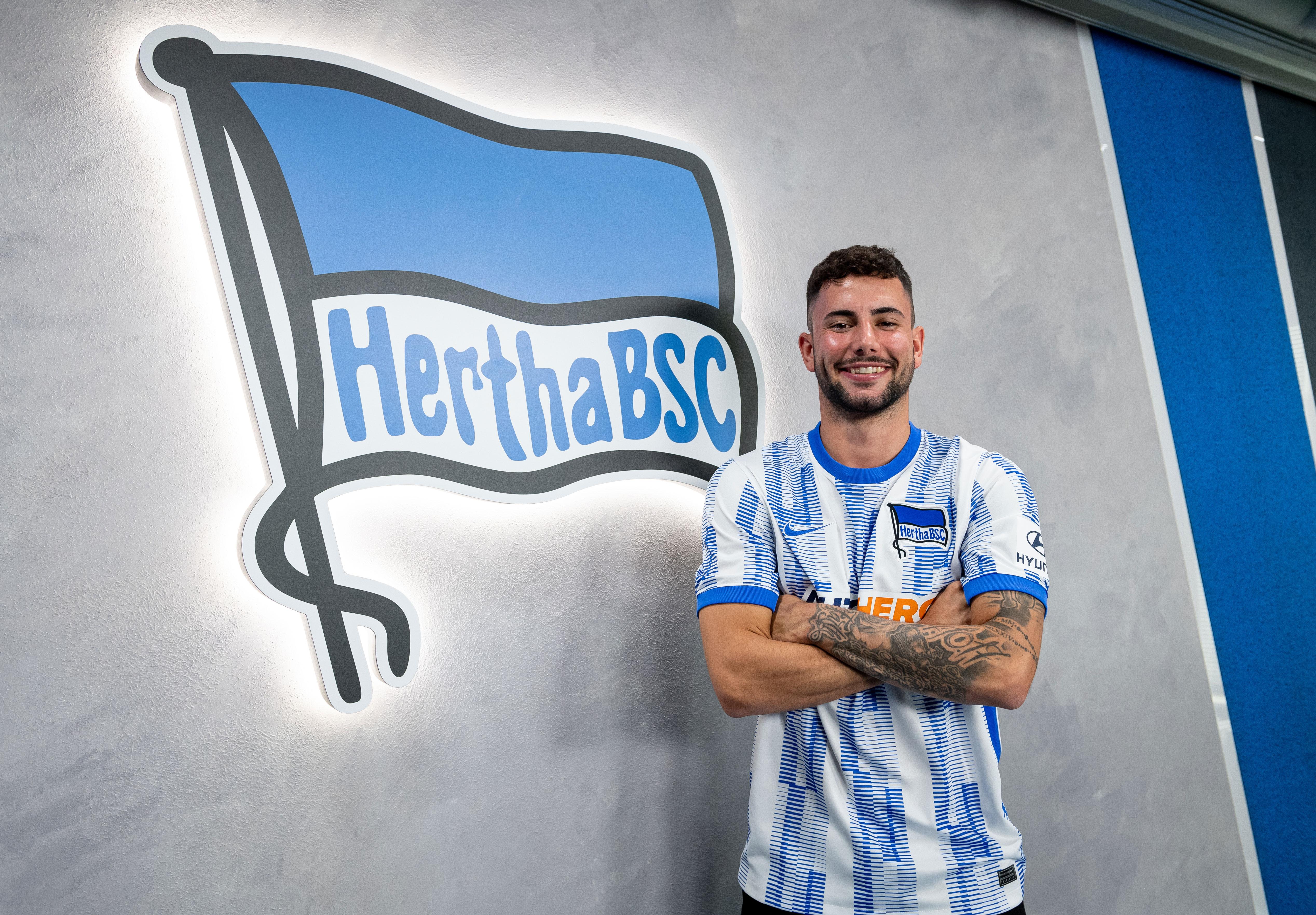 Marco Richter posa en la camiseta del Hertha.