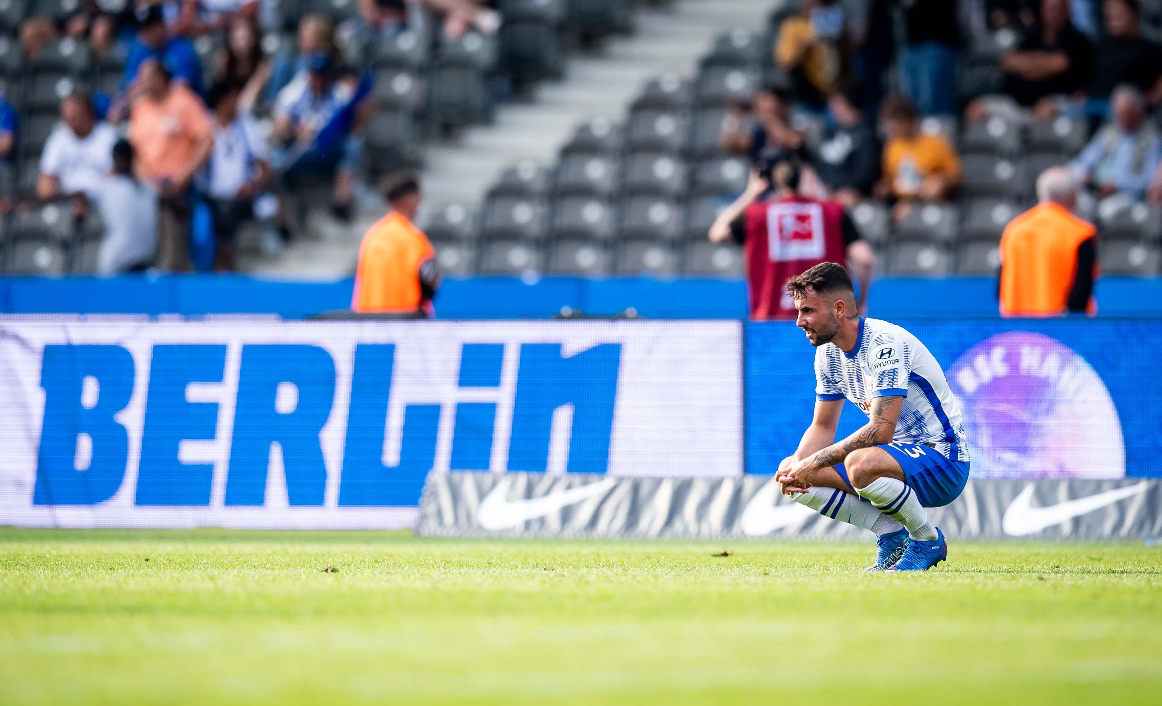 Marco Richter decepcionado en el césped del Olympiastadion.