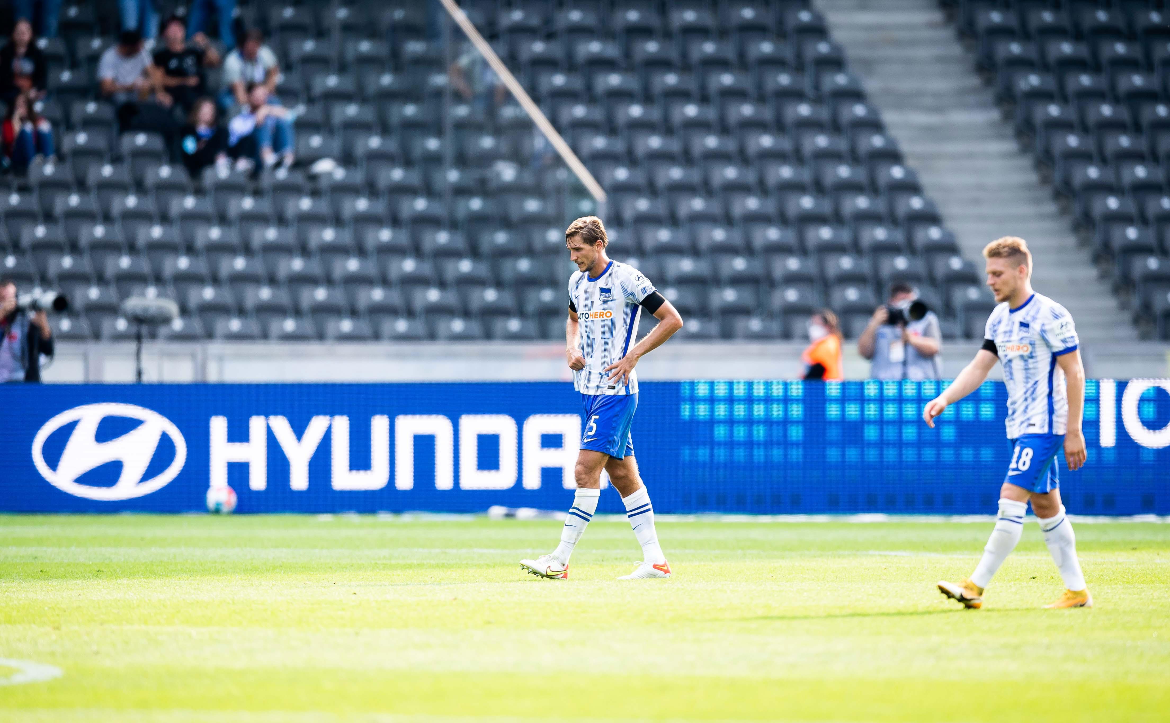 Niklas Stark y Santiago Ascacíbar abandonan el campo consternados.