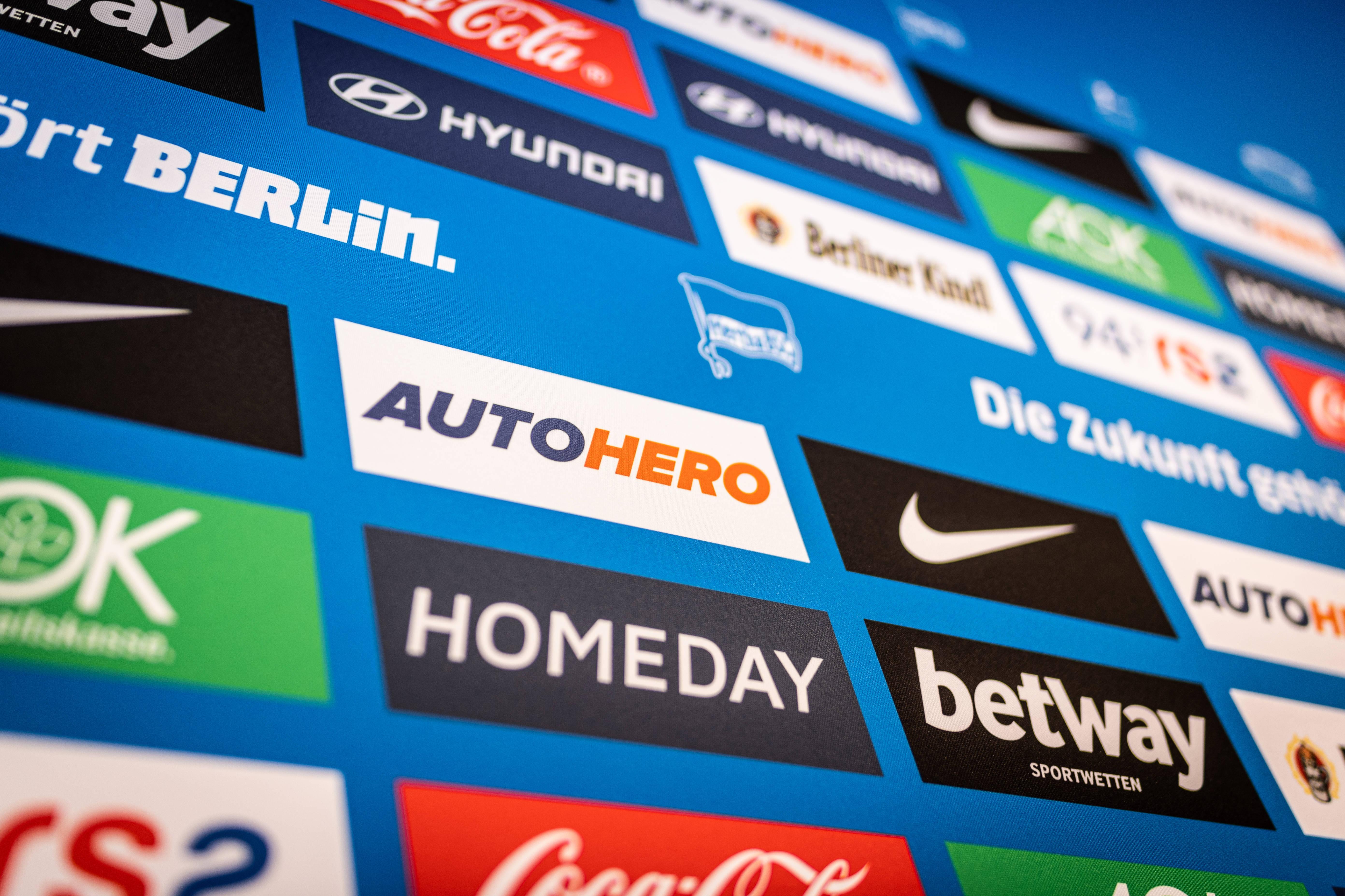 Sponsoren-Rückwand im Medienraum von Hertha BSC