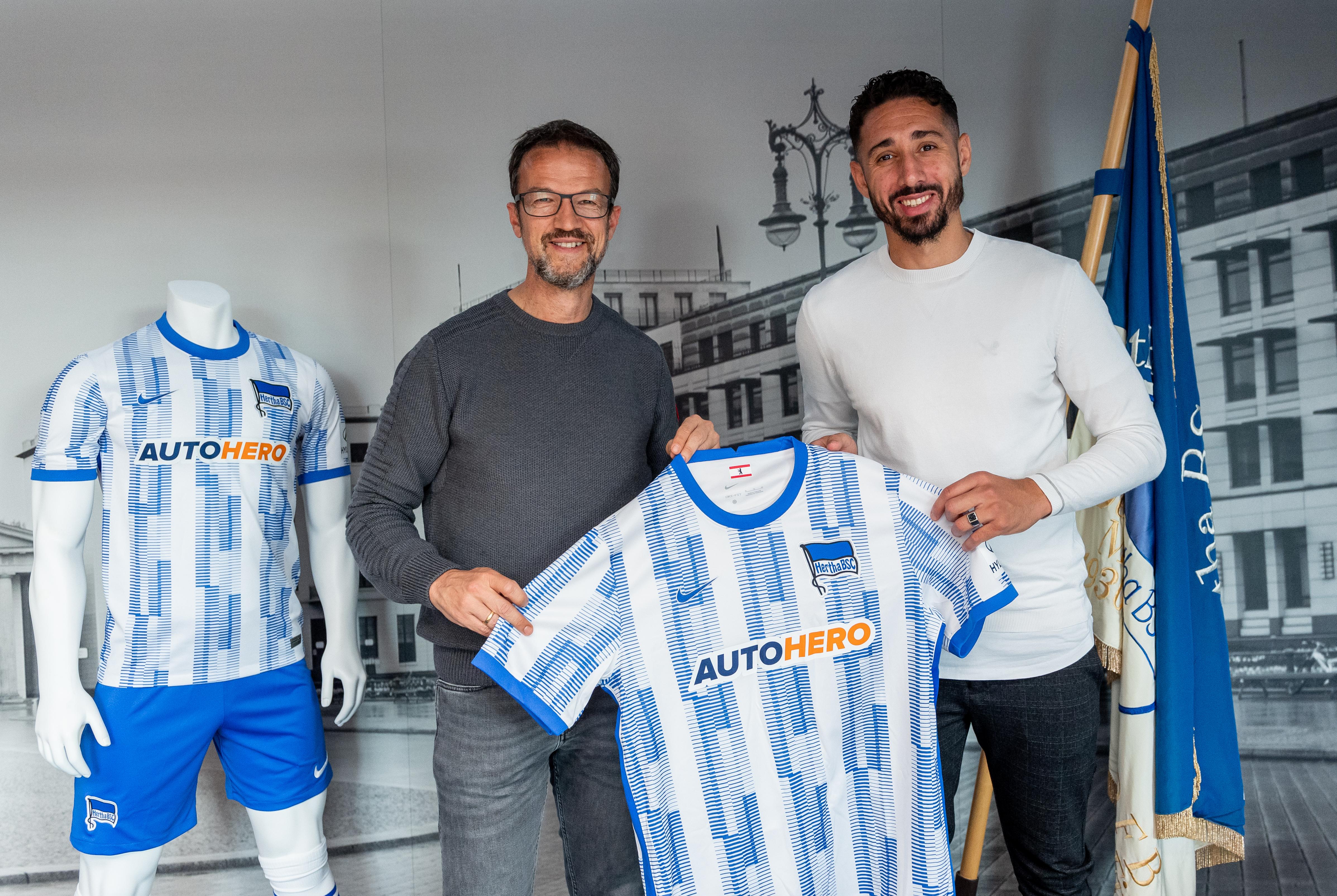 Fredi Bobic y Ishak Belfodil posan con la camiseta del club.