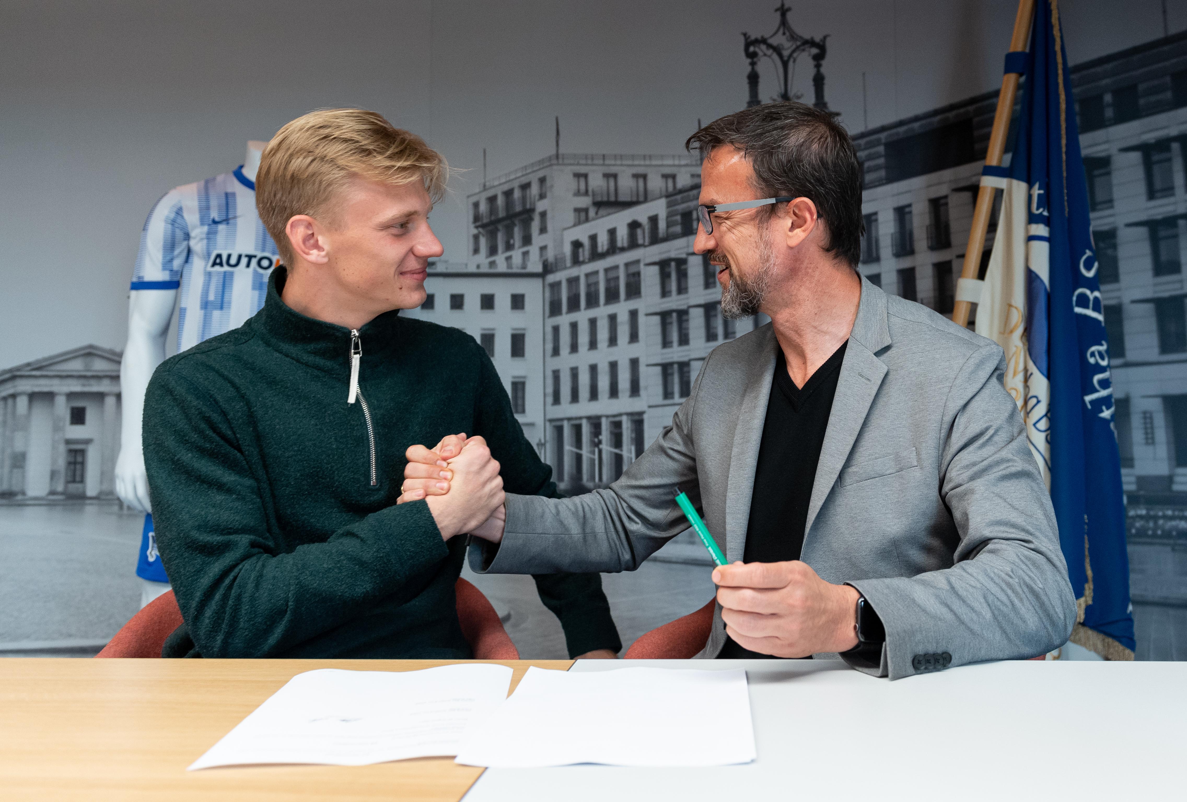 Oliver Christensen (izq.) y Fredi Bobic durante la firma del contrato.