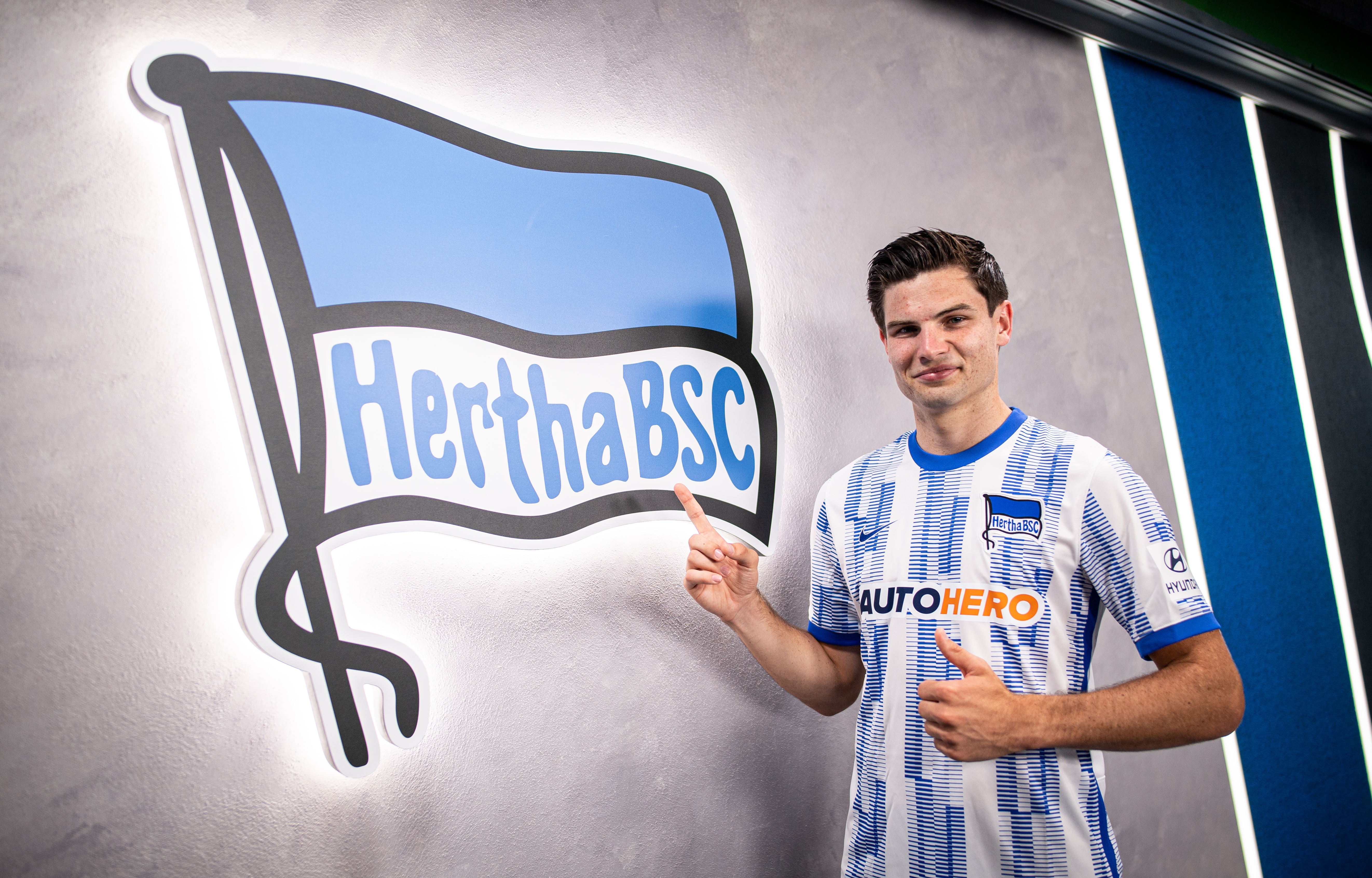 Jurgen Ekkelenkamp junto a la bandera del Hertha.