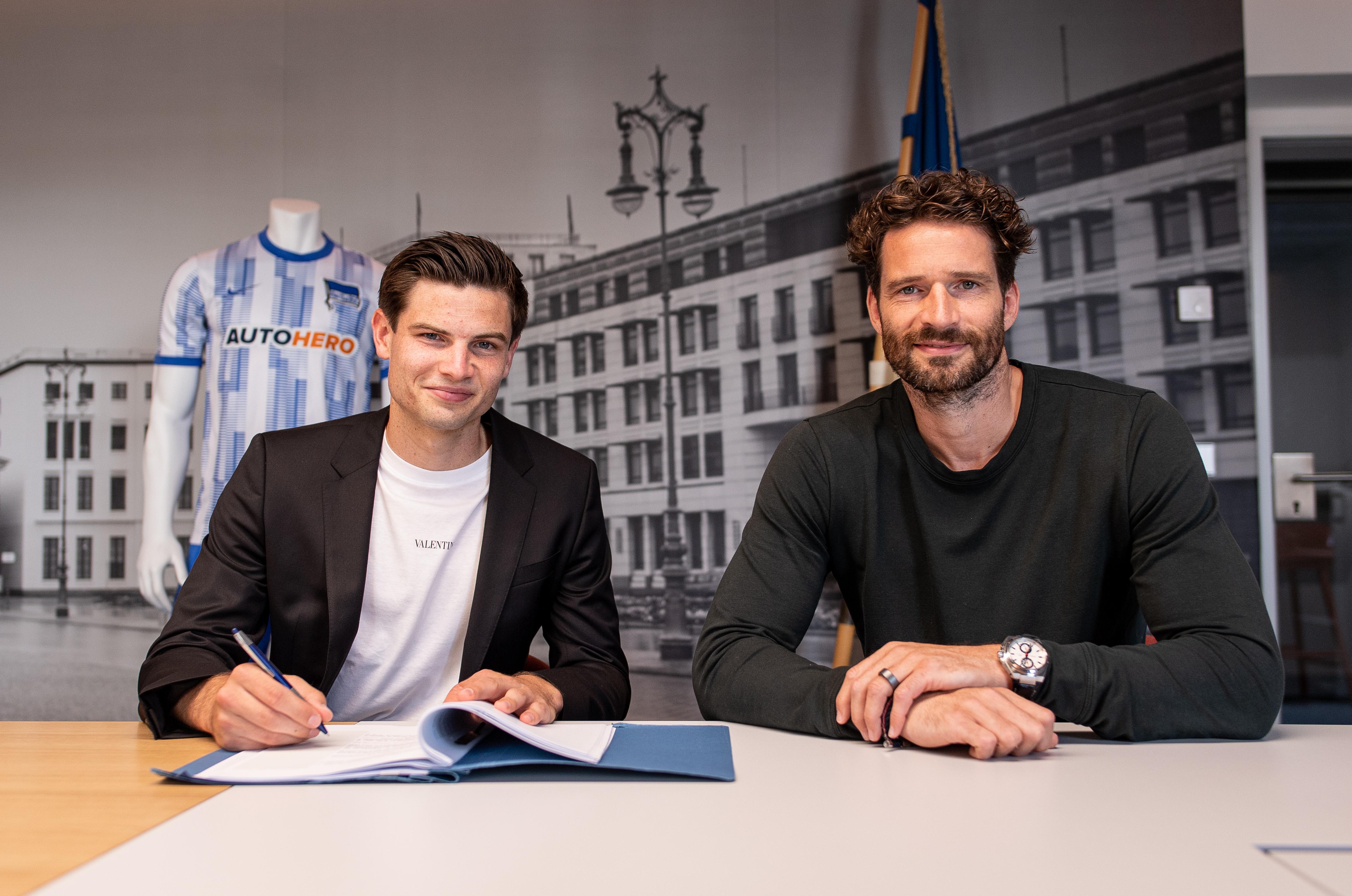 Jurgen Ekkelenkamp (li.) und Arne Friedrich bei der Vertragsunterschrift.