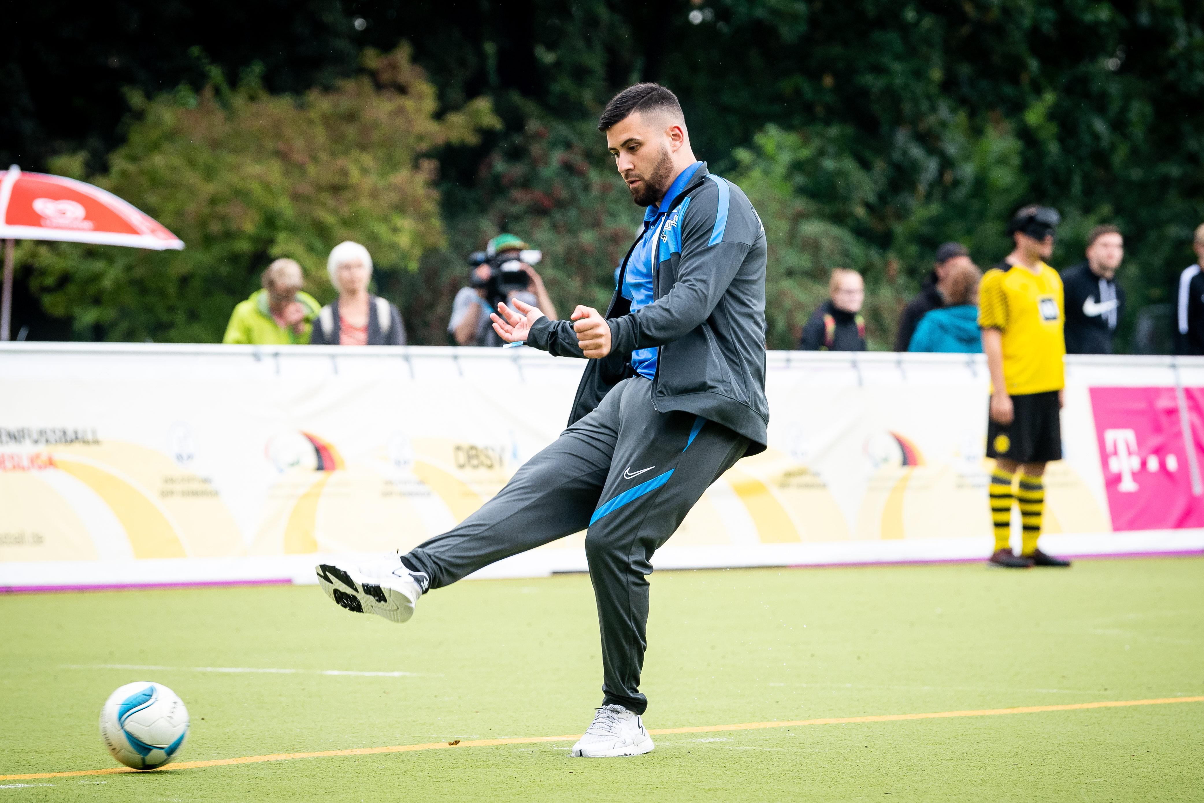Trainer Yasin Talay passt den Ball.