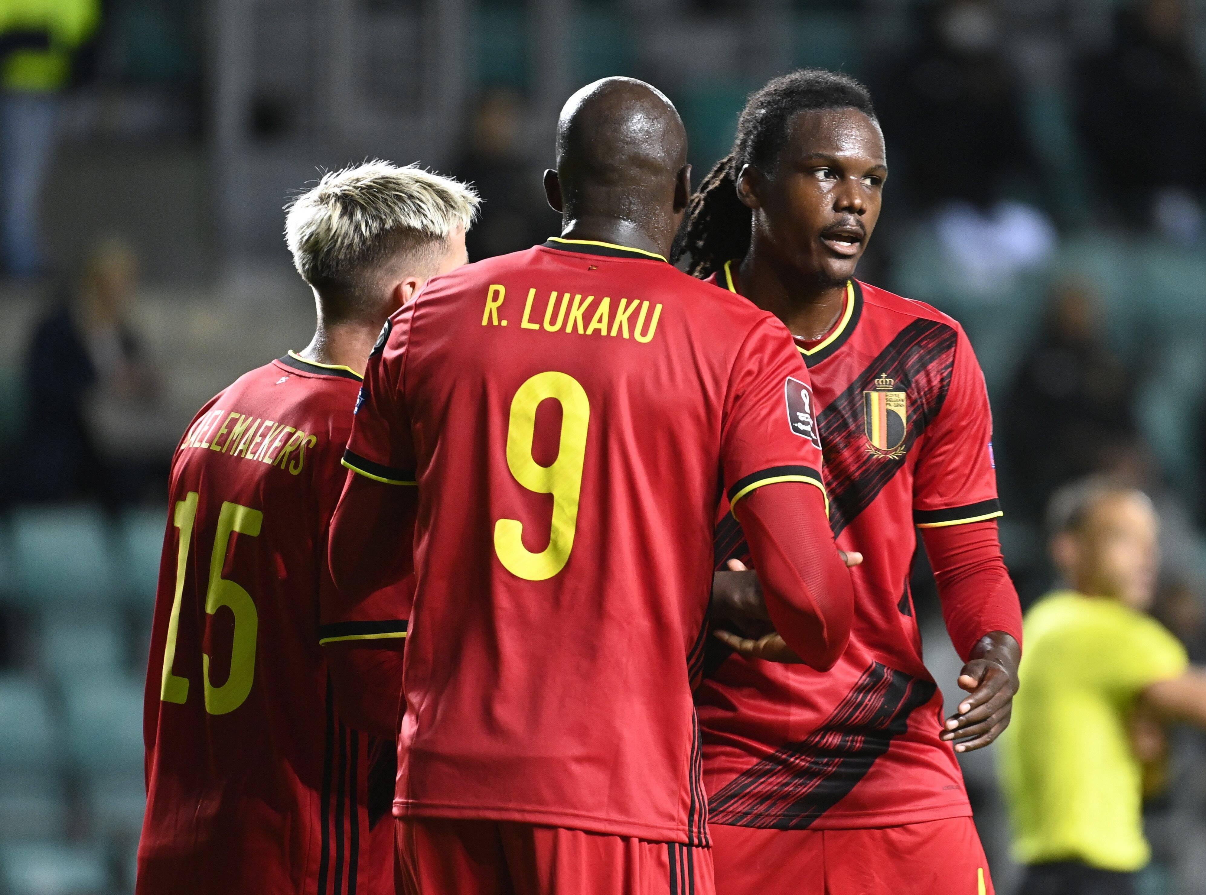 Dedryck Boyata con el anotador del doblete Romelu Lukaku