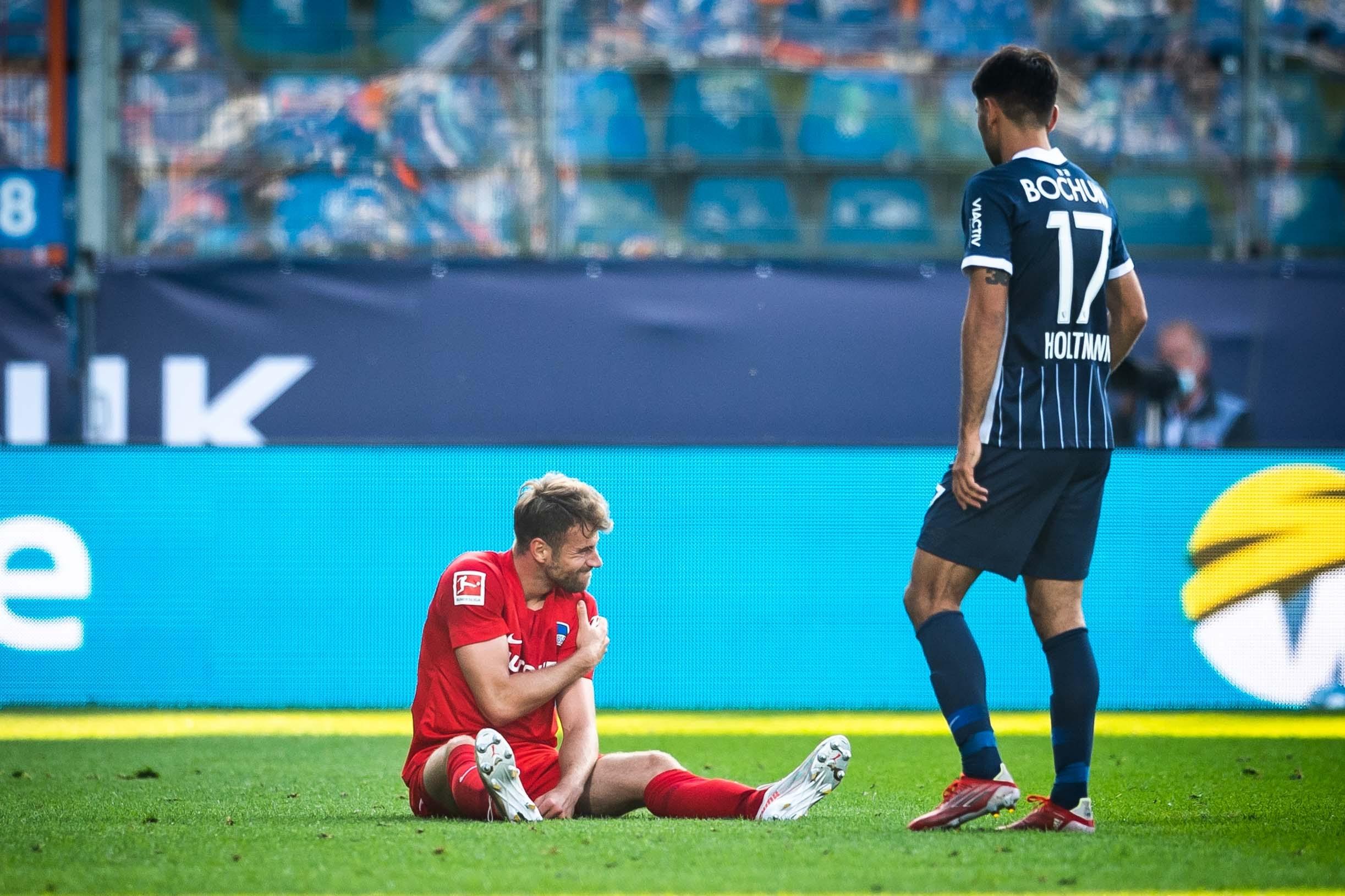 Lukas Klünter fasst sich an seine verletzte Schulter.