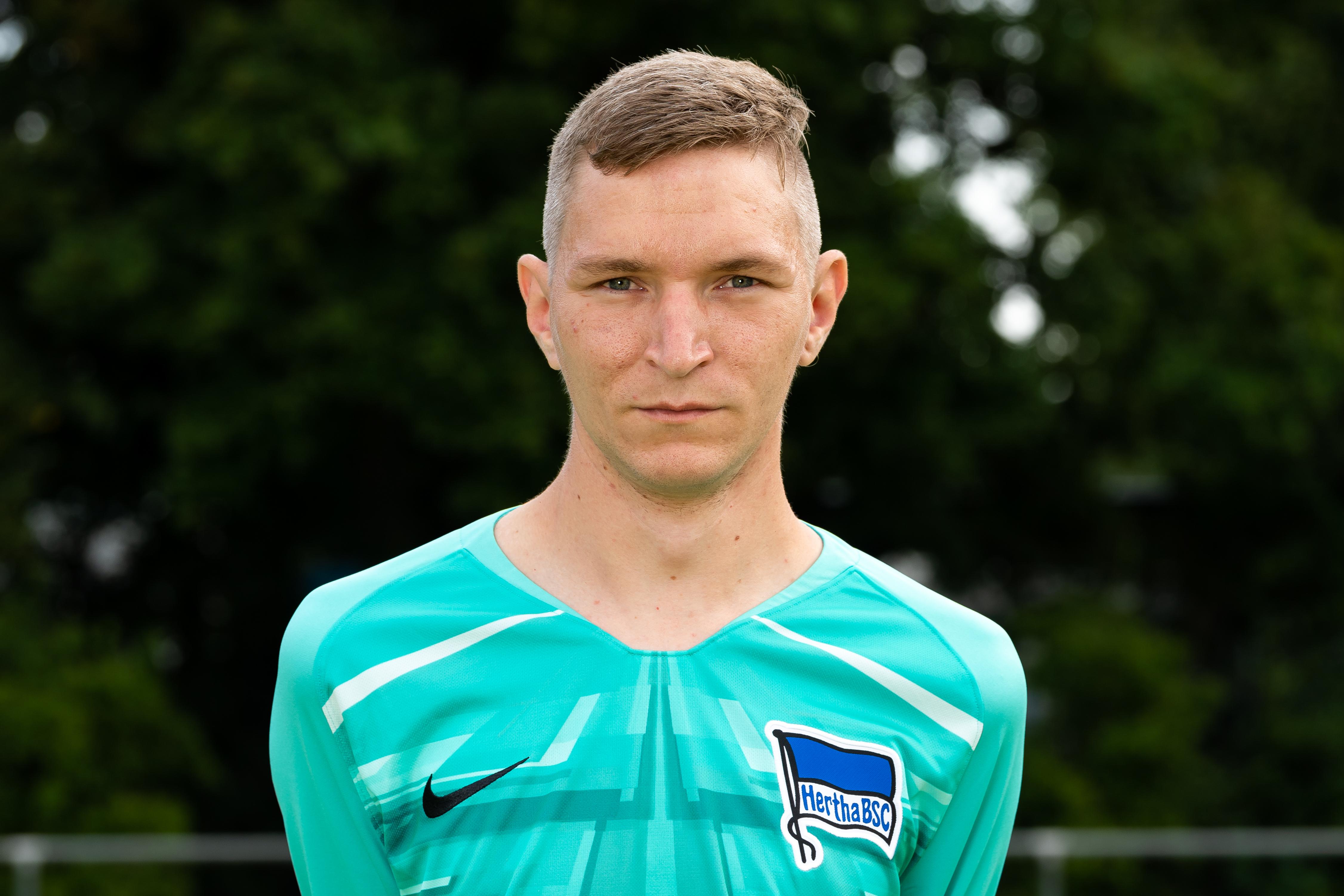 Blindenfußball-Torwart Matthias Rychelski posiert für das Foto.